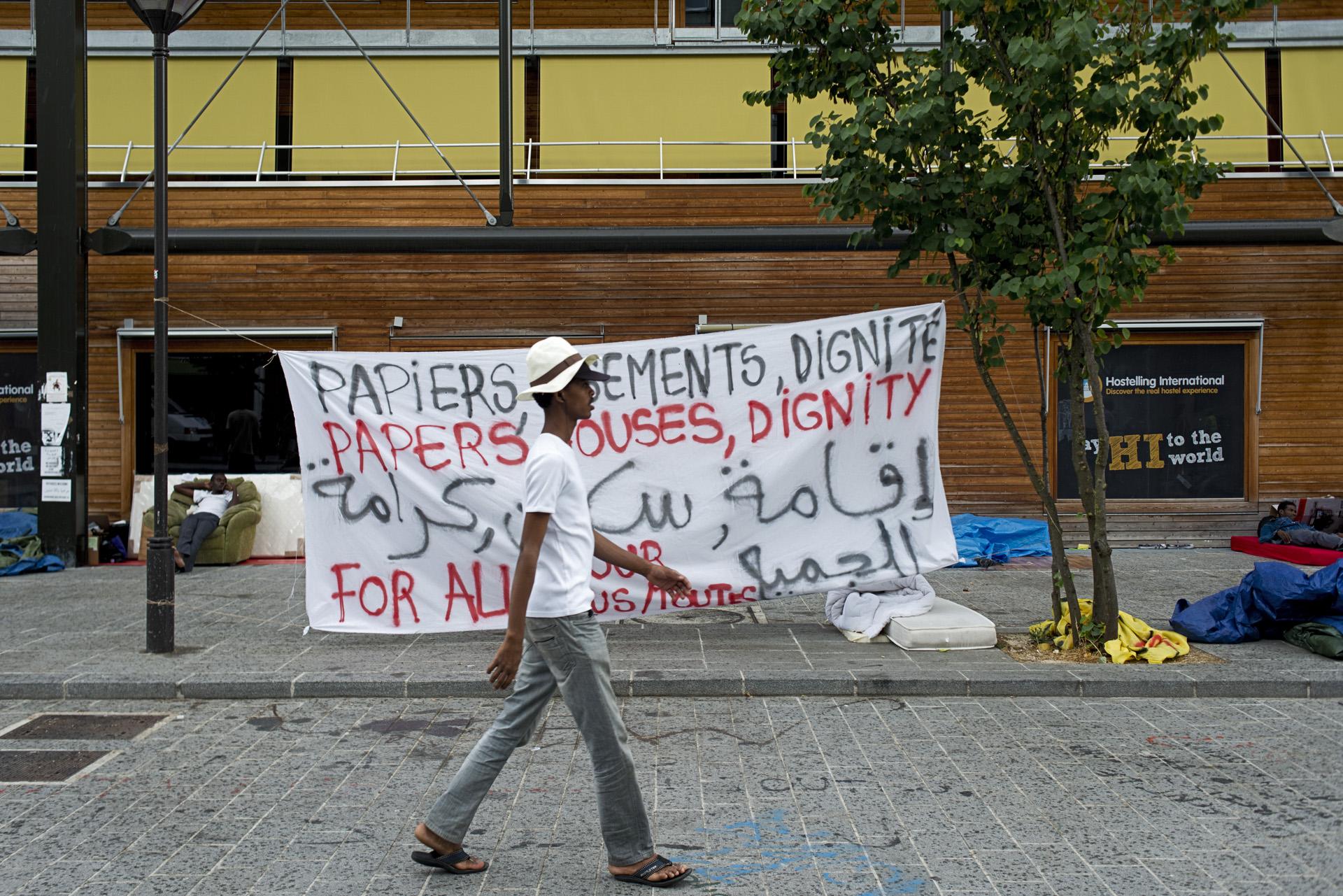 Soutenus par des habitants du quartier et les membres du Collectif de la Chapelle en lutte, des dizaines de migrants se sont regroupés devant la halle Pajol. Paris 18ème, le 7 juillet 2015.