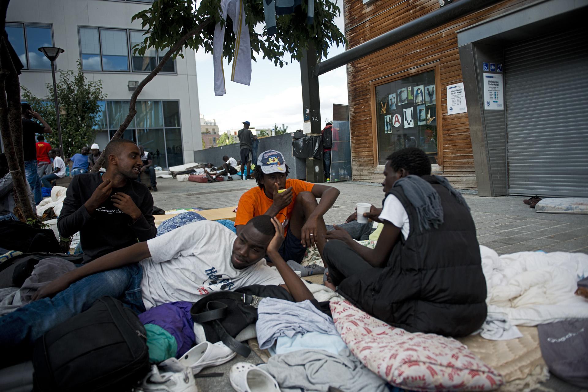 Les migrants qui arrivent sur le camp n'ont, au mieux, que quelques effets personnels et dépendent des dons pour ne pas dormir à même le sol.Paris 18ème, le 12 juillet 2015.