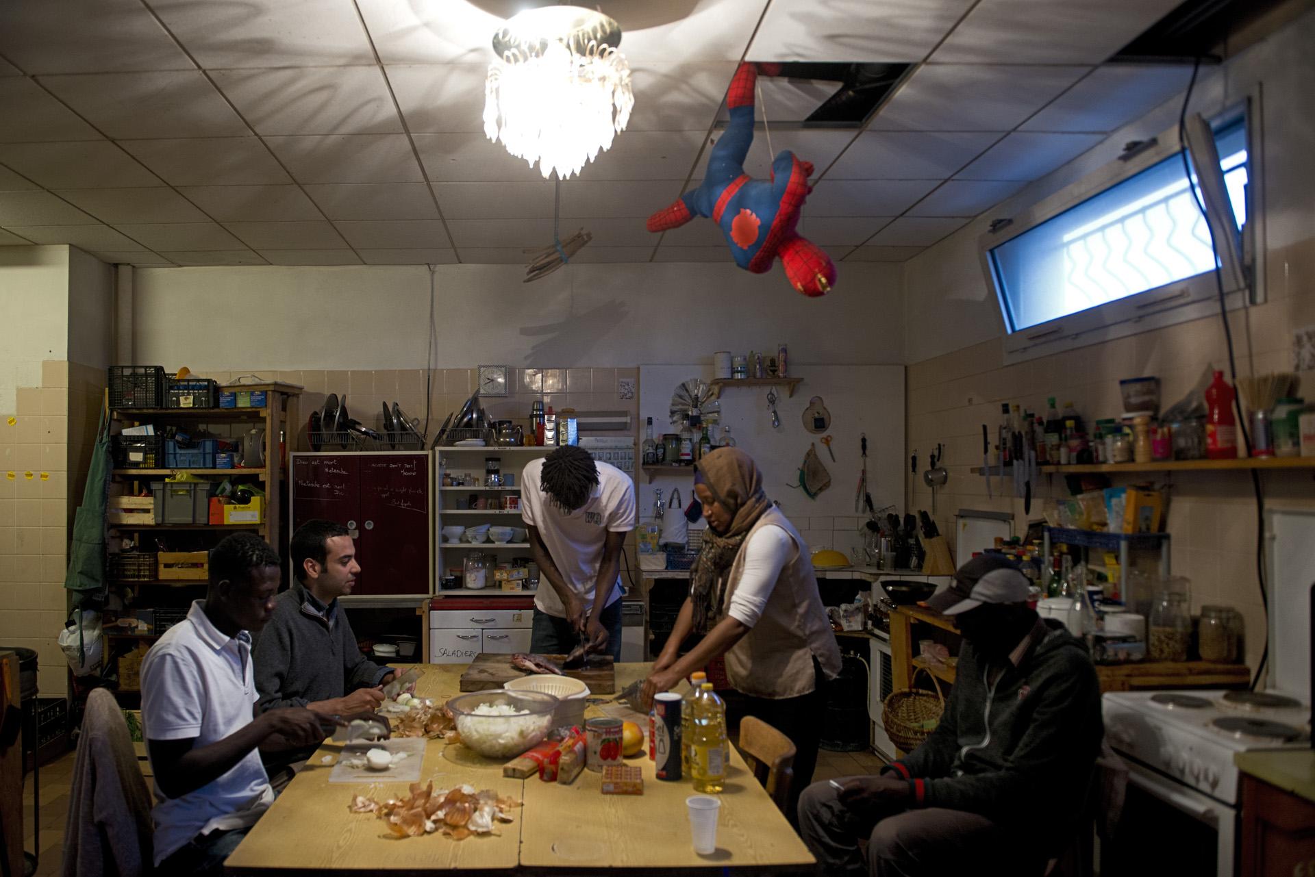 Tous les jours, les soutiens bénévoles accompagnés de migrants cuisinent pour le campement des repas à partir des dons récoltés dans la journée.Paris 18ème, le 12 juillet 2015.