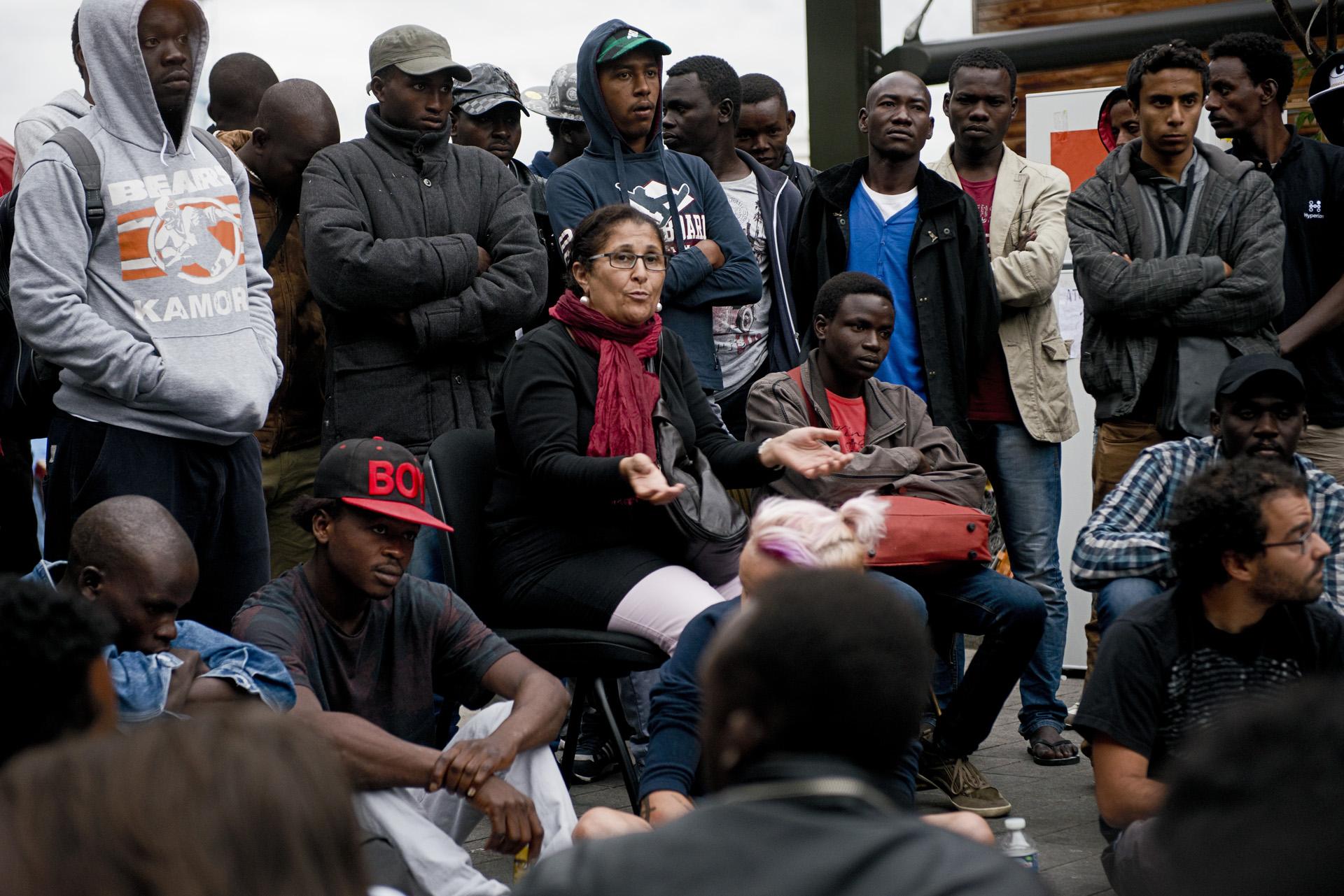 Toutes les décisions concernant la vie du campement et les actions à mener sont prises en A.G. qui réunissent soutiens et migrants. Afin que tous puissent se comprendre, des traducteurs bénévoles comme Sarra interviennent quotidiennement. Paris 18ème, le 18 juillet 2015.