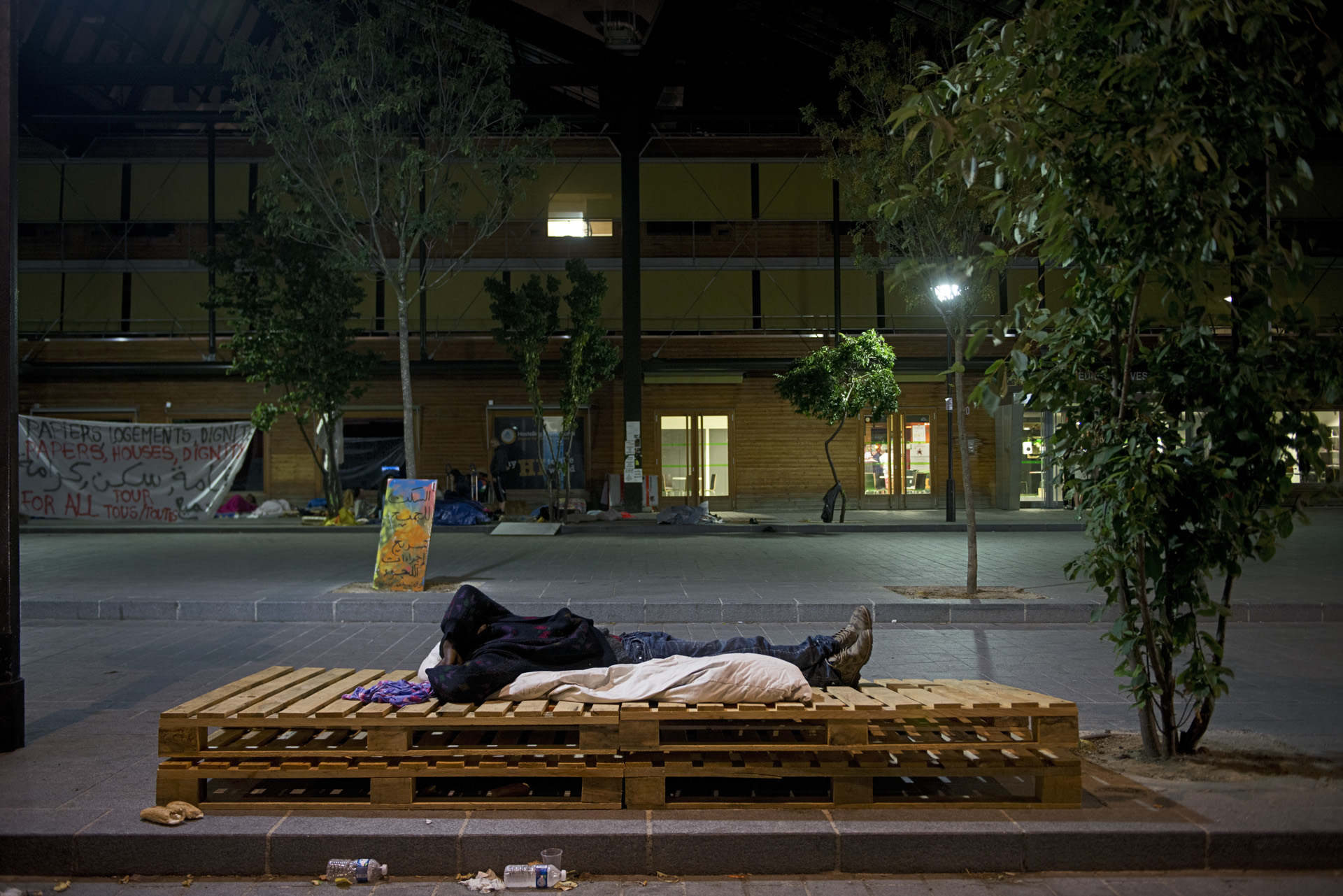 Certains migrants arrivent tellement épuisés sur le camp qu'une fois posés, ils peuvent dormir plus de 10 heures d'affilée malgré l'inconfort et le bruit. Paris 18ème, le 7 juillet 2015.