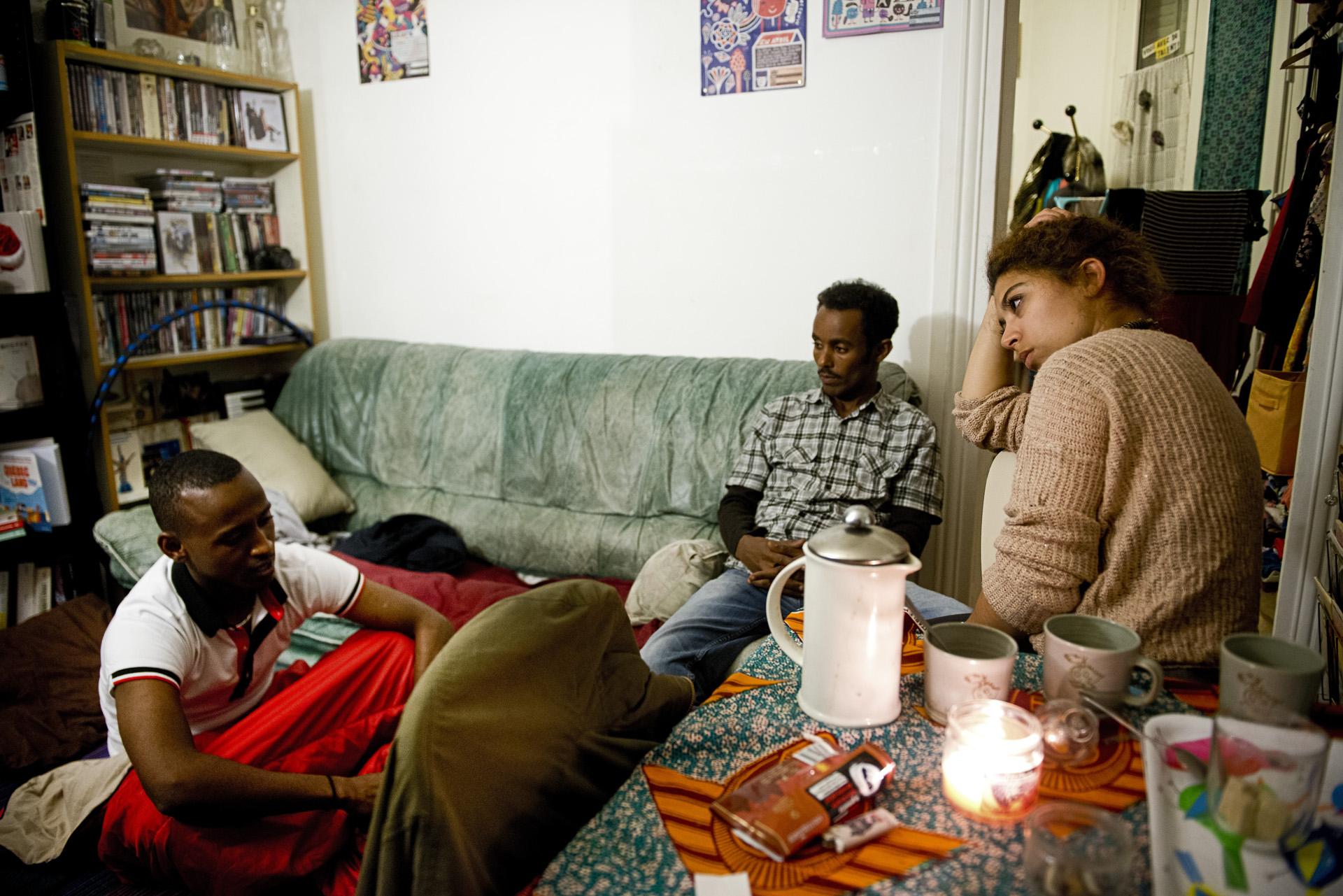 Choquée par les violences policières dont elle a été témoin lors d'une évacuation d'un camp de migrants début juin 2015, Manon, 25 ans, a commencé à héberger des migrants mineurs chez elle au début de l'été. Ce soir elle accueille Omar et Abdou Salam, tous deux originaires du Soudan.  Paris 18ème, le 9 juillet 2015.