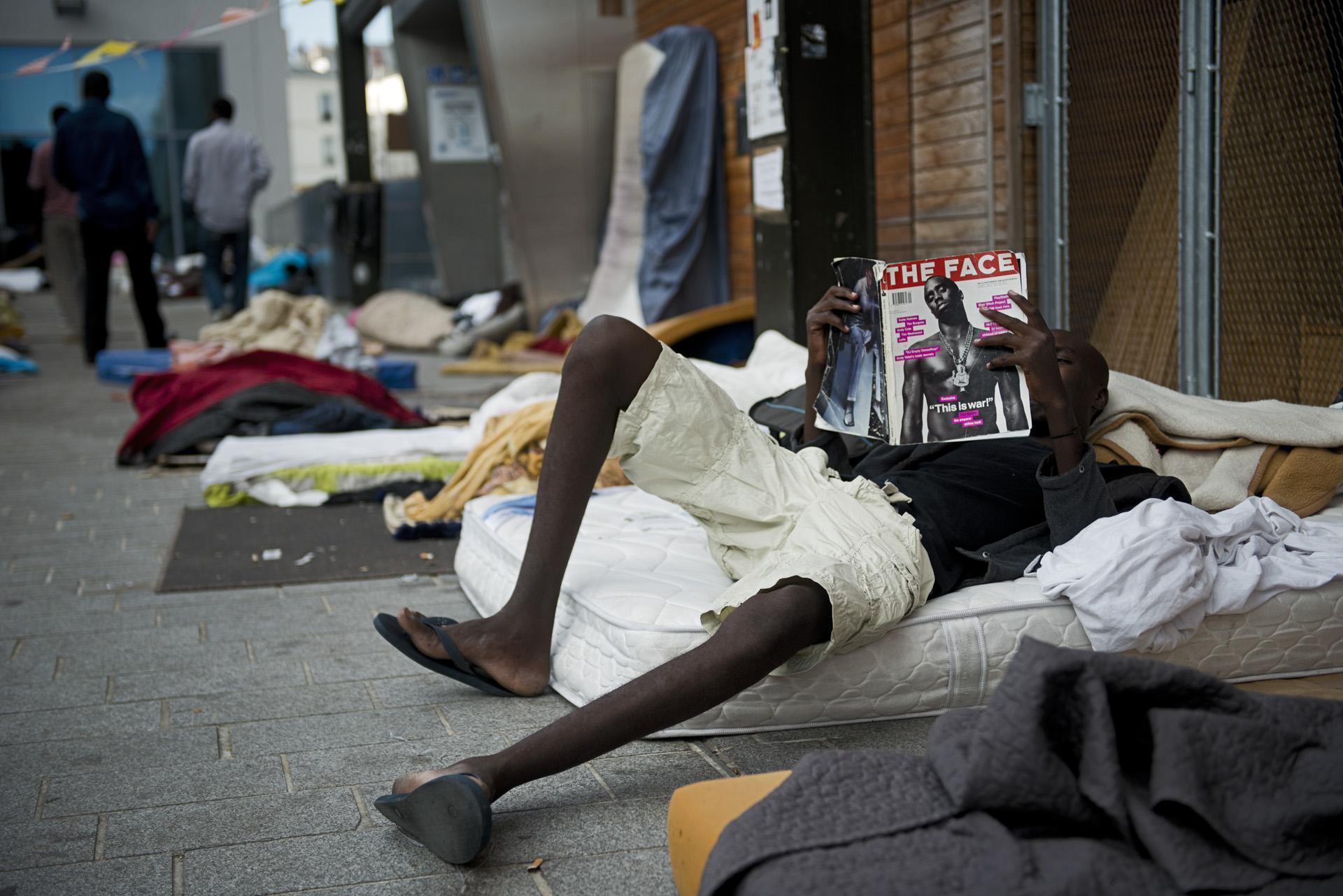 Rue Pajol, devant la bibliothèque Vaclav Havel, le temps est long pour les migrants qui ont fait des demandes d'asile et les distractions plutôt rares. Paris 18ème, le 12 juillet 2015.