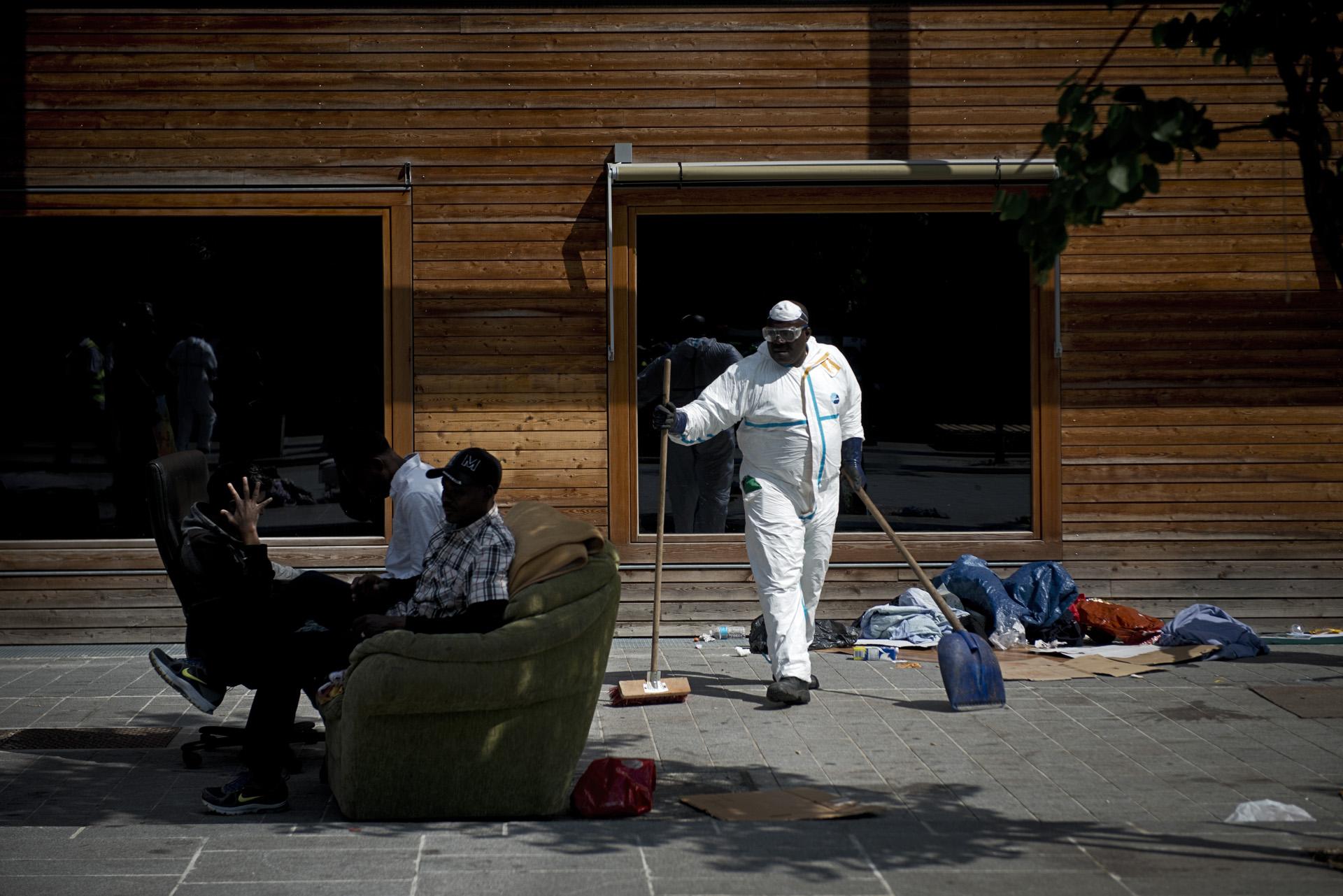 L'évacuation du campement de la rue Pajol s'est déroulée dans le calme.Cette fois, les forces de l'ordre sont restées en retrait et il n'y a pas eu de violence. Mais de nombreux migrants n'ont pas pu monter à bord des bus et se réinstallent dans leur campement de fortune. Paris 18ème, le 9 juillet 2015