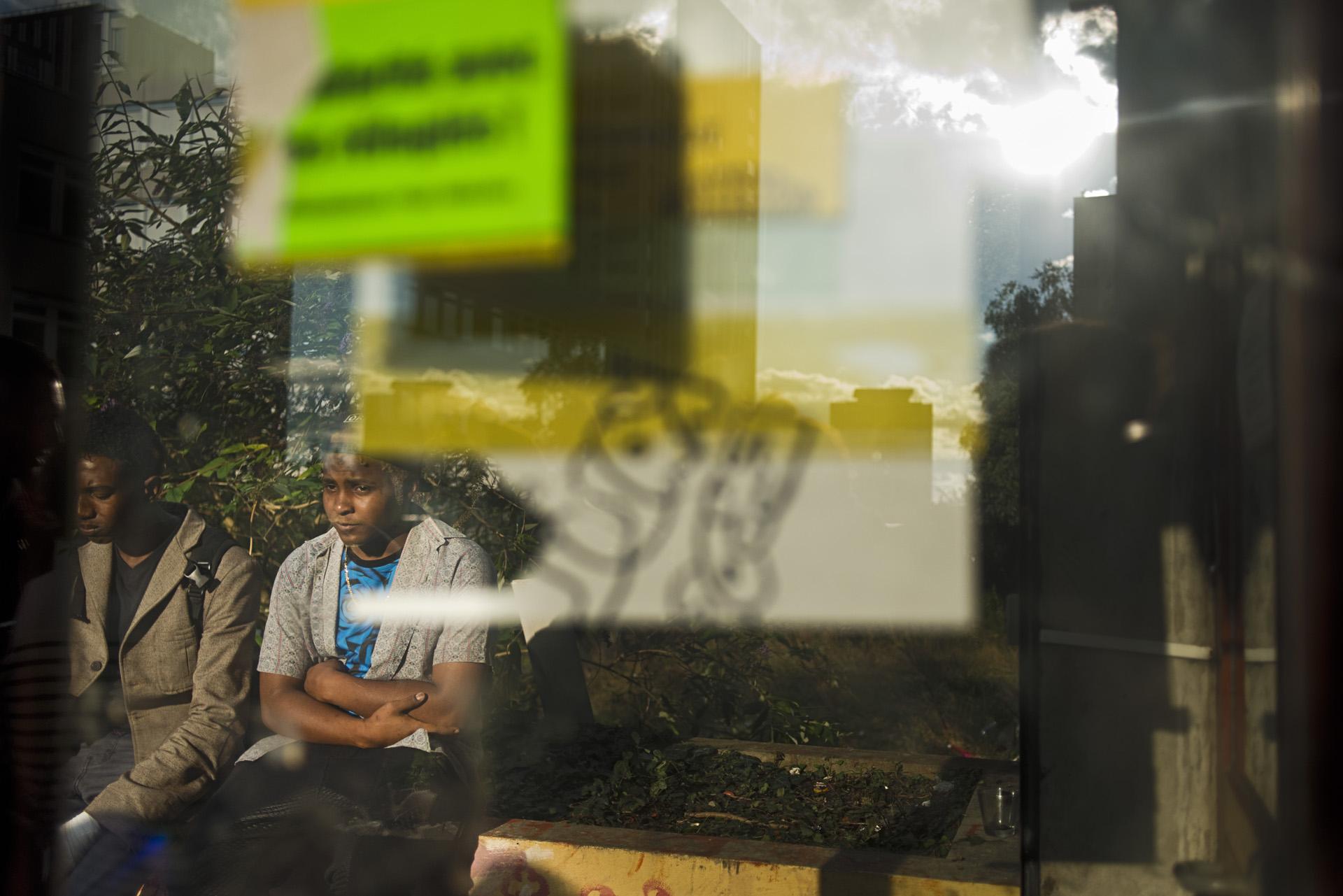 Sur le parvis de la «Maison des Réfugiés». Cela fait quinze jours que la Mairie de Paris a annoncé qu'elle allait faire du lieu un centre d'hébergement. Mais depuis cette annonce, rien ne s'est concrètement passé. Paris 19ème,  le 27 août 2015.