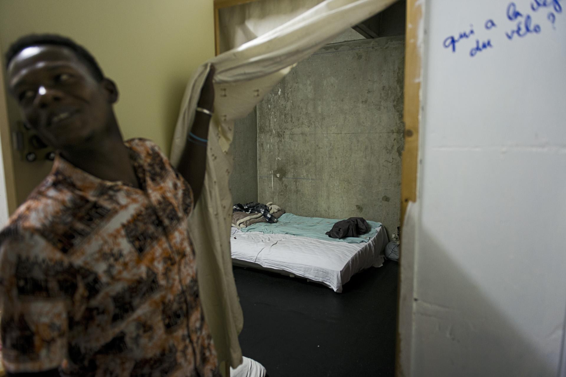 Le confort est très relatif dans la «Maison des Réfugiés»où les migrants se regroupent dans les anciennes salles de classe par nationalité. Paris 19ème, le  27 août 2015.