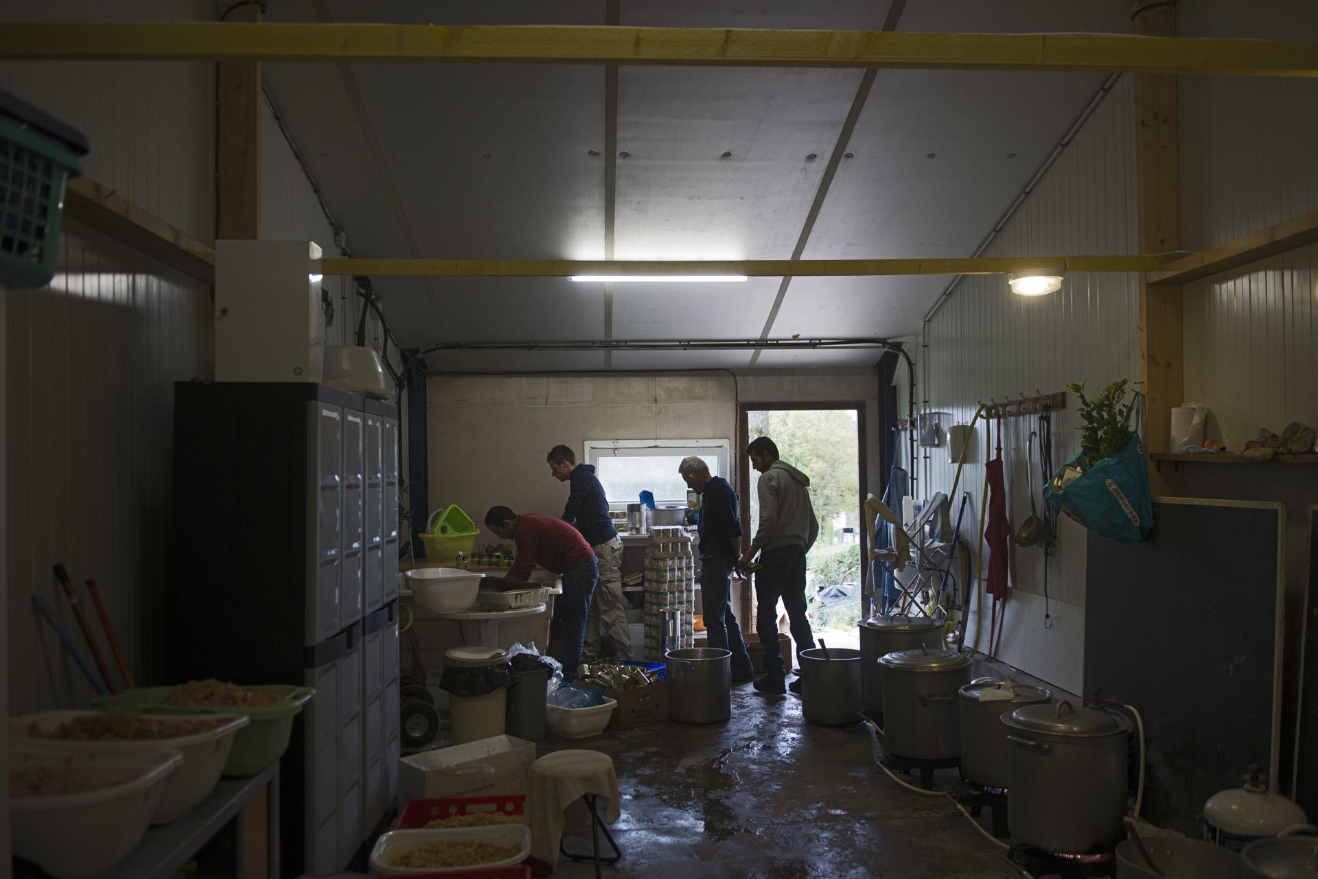 L'Auberge Des Migrants prépare les repas chauds durant la journée. Un des bénévoles les plus actifs est un ancien migrant d'origine Afghane qui réside désormais légalement sur le territoire français.