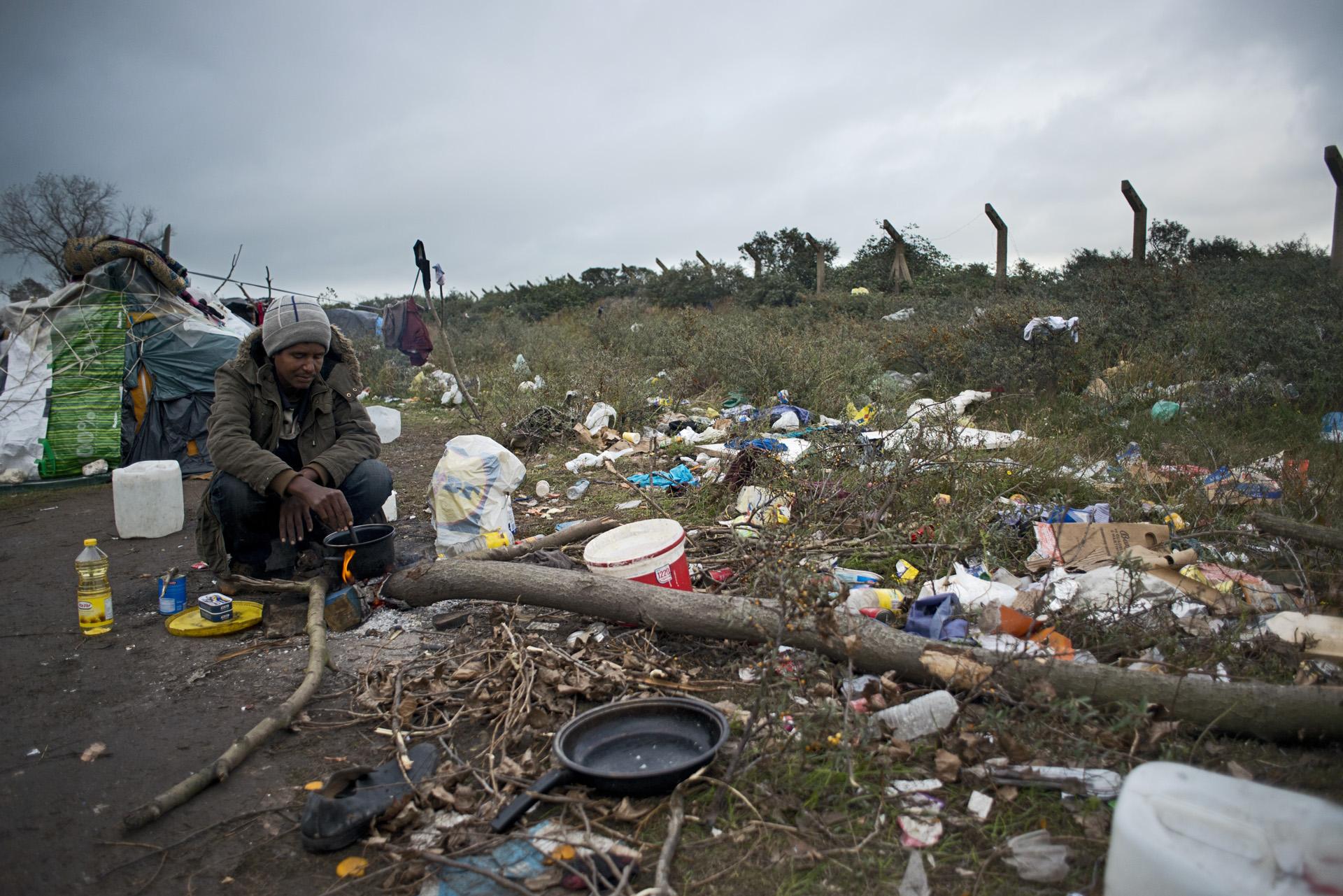 En dehors de «la jungle» les migrants s'entassent également sur le terrain d'un ancien gymnase à Tioxide. Aucune disposition n'est prévue pour le stockage et le ramassage des ordures qui s'amoncellent au milieu du camp.