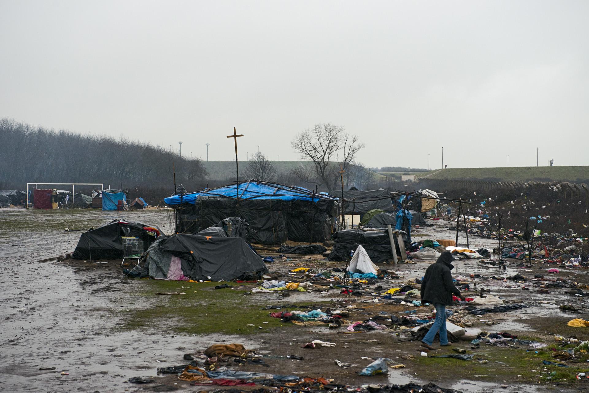 En dehors de «la jungle» les migrants s'entassent également sur le terrain d'un ancien gymnase à Tioxide. Aucune disposition n'est prévue pour le stockage et le ramassage des ordures qui s'amoncellent au milieu du camp sur lequel a été construit une église.