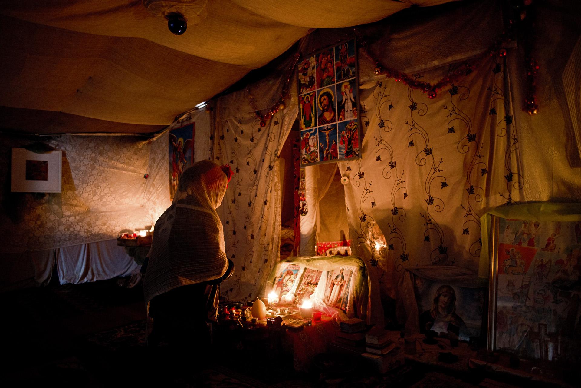 « L'Eglise de Tioxide ». Les dons des particuliers ont également permis aux migrants de construire et décorer des lieux de cultes au milieu de l'un des plus grands camps de migrants, sur le site industriel désaffecté de Tioxide.  Dans cette « jungle » vivent principalement des Erythréens et des Ethiopiens, qui sont principalement de confession chrétienne orthodoxe ou musulmane. A une dizaine de mètres de l'église, une mosquée de fortune a également été construite.