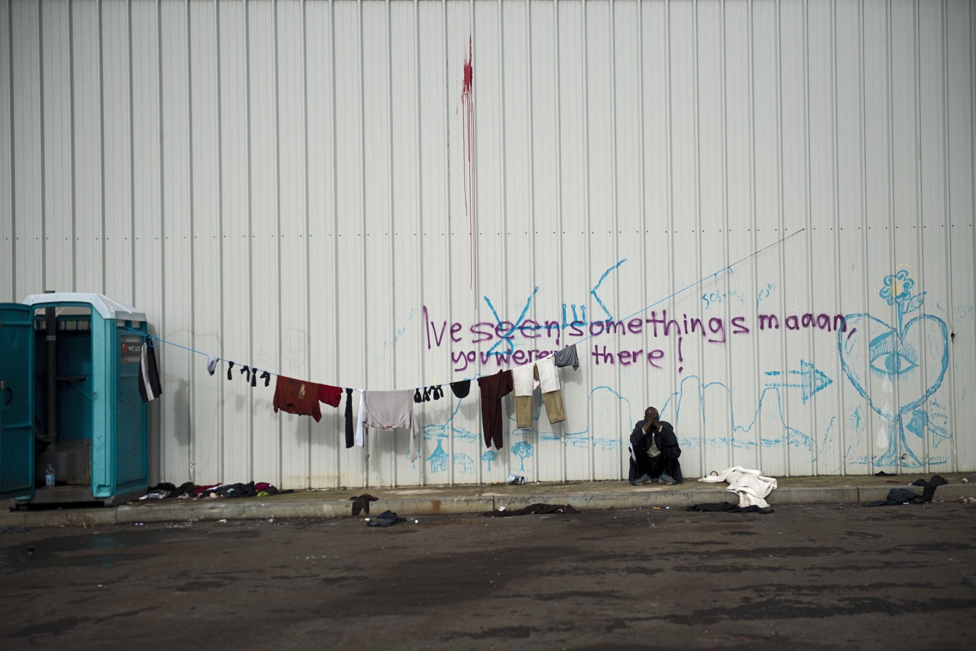 Les associations d'aide aux migrants ont installé des WC chimiques et créé des espaces douches dans le squat Galloo, mais ces installations sanitaires sont insuffisantes vu le nombre de personnes qui vivent aujourd'hui dans cette usine désaffectée.