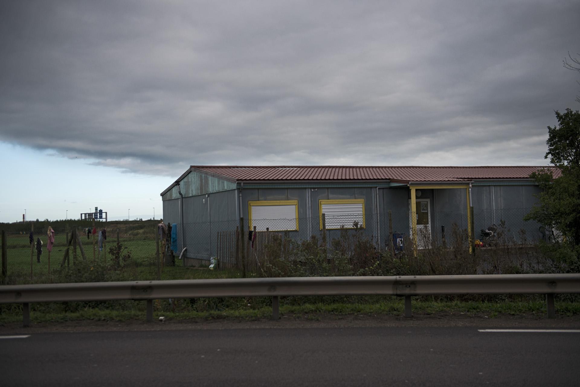 La maison des femmes gérée par l'association solid'R est actuellement le seul centre d'acceuil de jour et de nuit à Calais. Sa capacité d'acceuil est limitée à 50 personnes, ce qui oblige le centre à tenir des listes d'attente. Les femmes enceintes, malades ou avec enfants sont prioritaires.