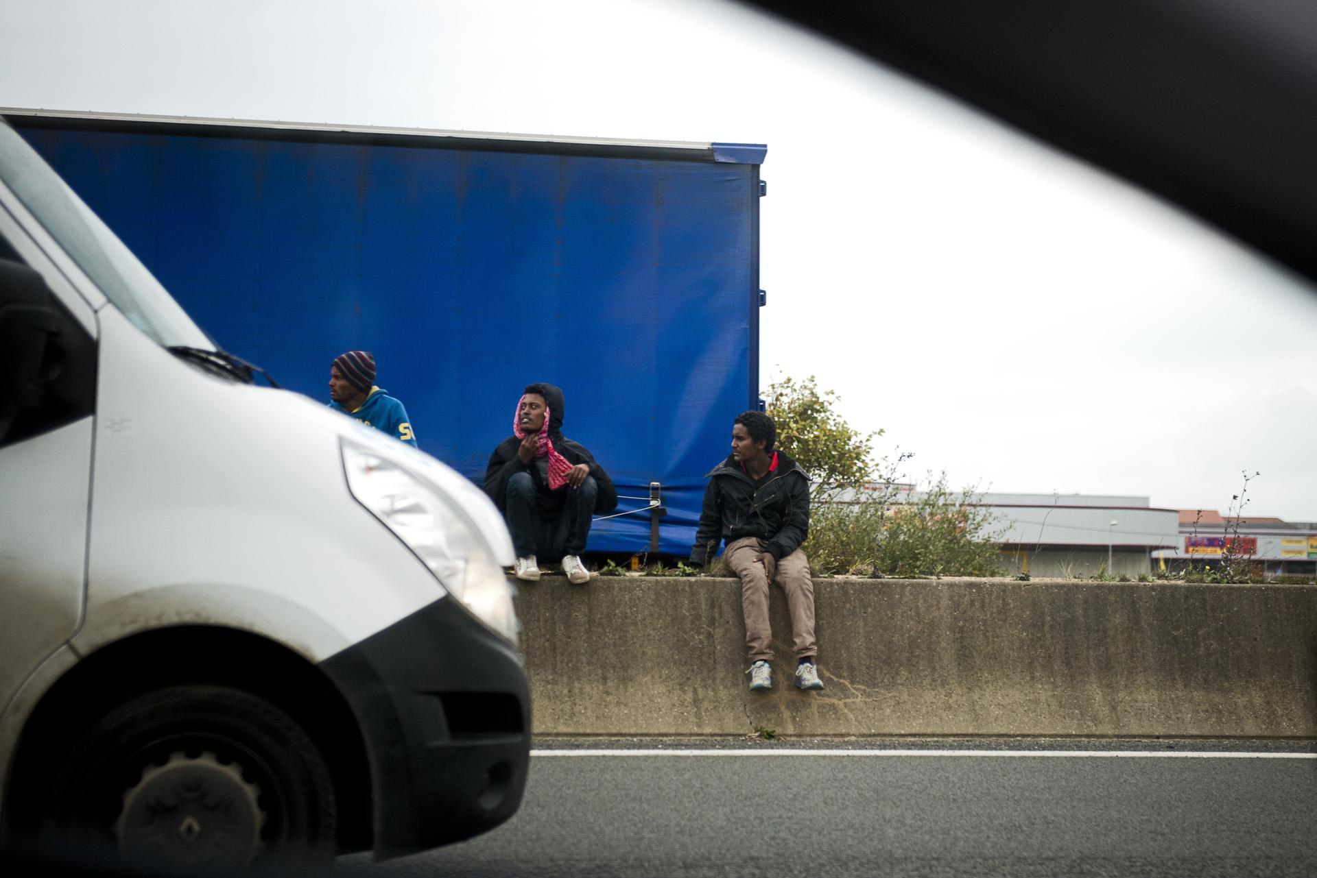 L'autoroute reste un lieu d'attente privilégié pour ceux qui ne peuvent pas payer un passeur. En cas de ralentissement ou d'embouteillage, ils ouvriront une remorque ou se glisseront sous les essieux. Il y a régulièrement des morts parmi ceux qui font ce genre de tentative.