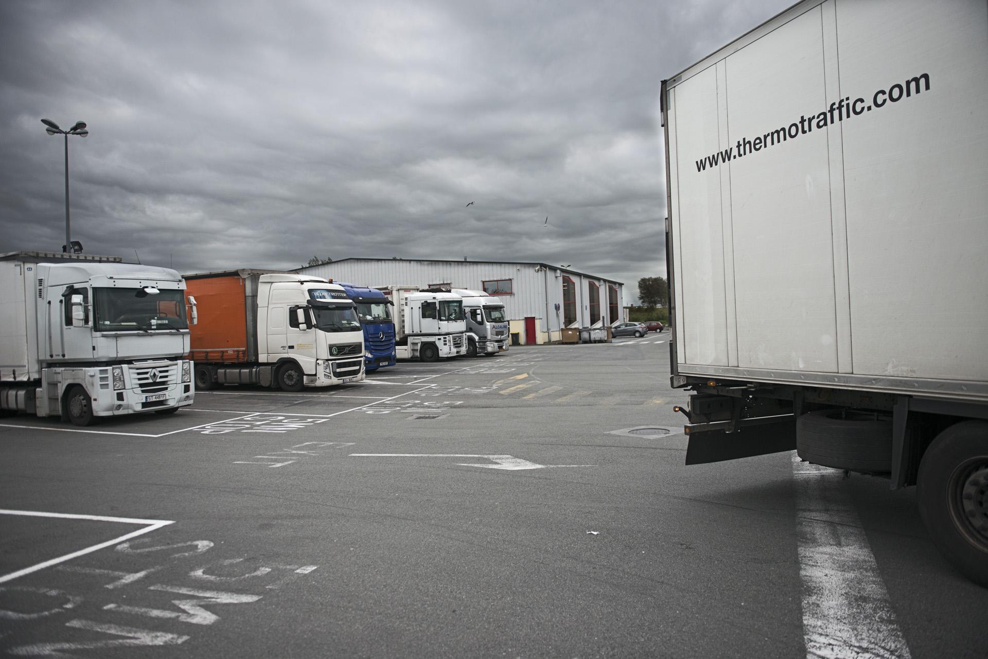 Les parkings sont «tenus» par des passeurs, comme la plupart des lieux qui permettent l'embarquement. Il ne suffit pas de parvenir à monter à bord pour passer. Il faut surtout déjouer les contrôles de plus en plus nombreux. Si des migrants sont découverts dans le chargement à l'arrivée en Angleterre, le chauffeur doit s'aquitter d'une amende, d'environ 2000 euros par clandestin.