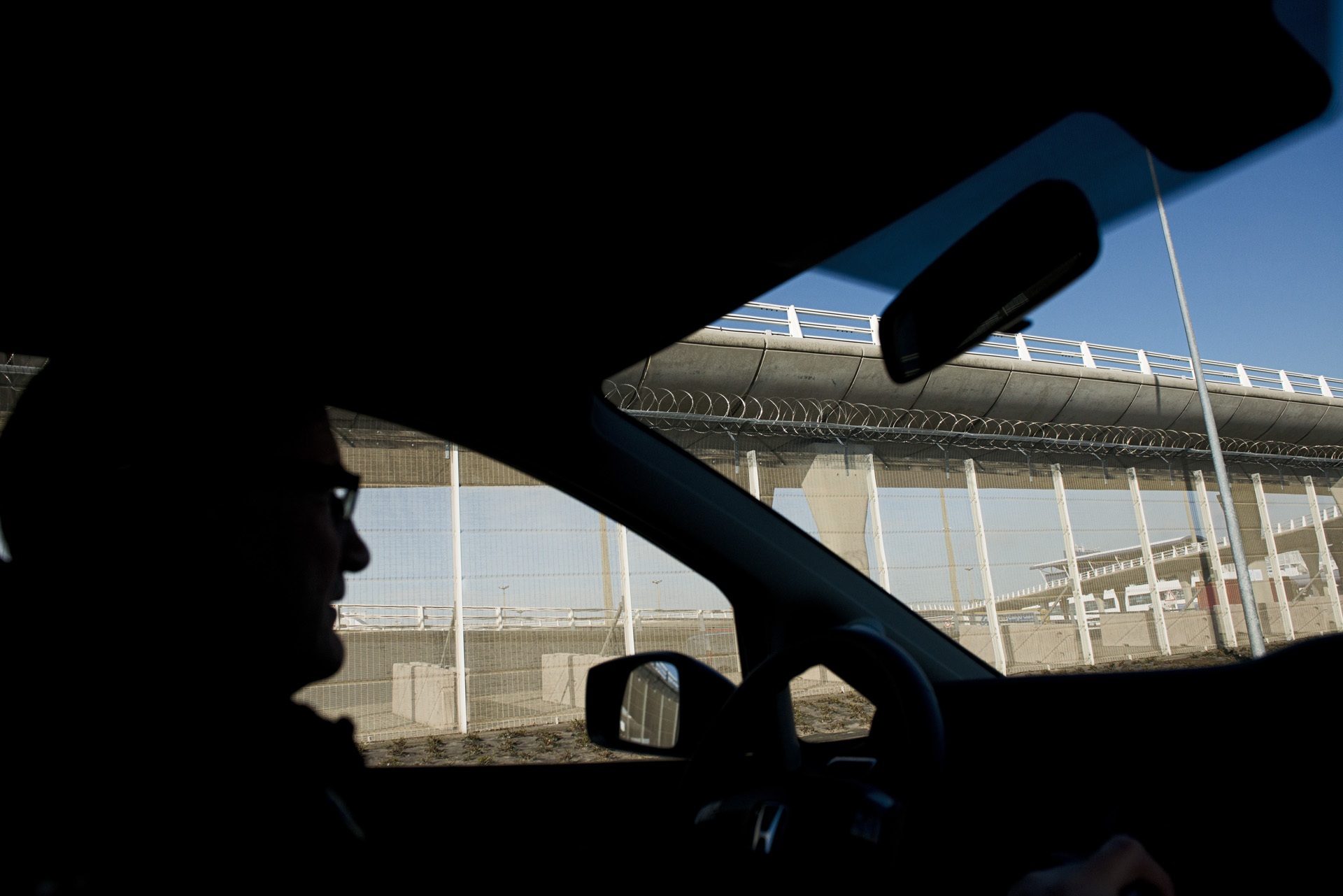 Les alentours du port et du tunnel sous la Manche ont été sécurisés sur plusieurs centaines de mètres avec des grilles hautes de près de trois mètres. Malgré des dispositifs de sécurité de plus en plus imposants, certain parviennent à rallier l'Angleterre et entretiennent l'espoir de ceux qui rêvent d'atteindre cet Eldorado !