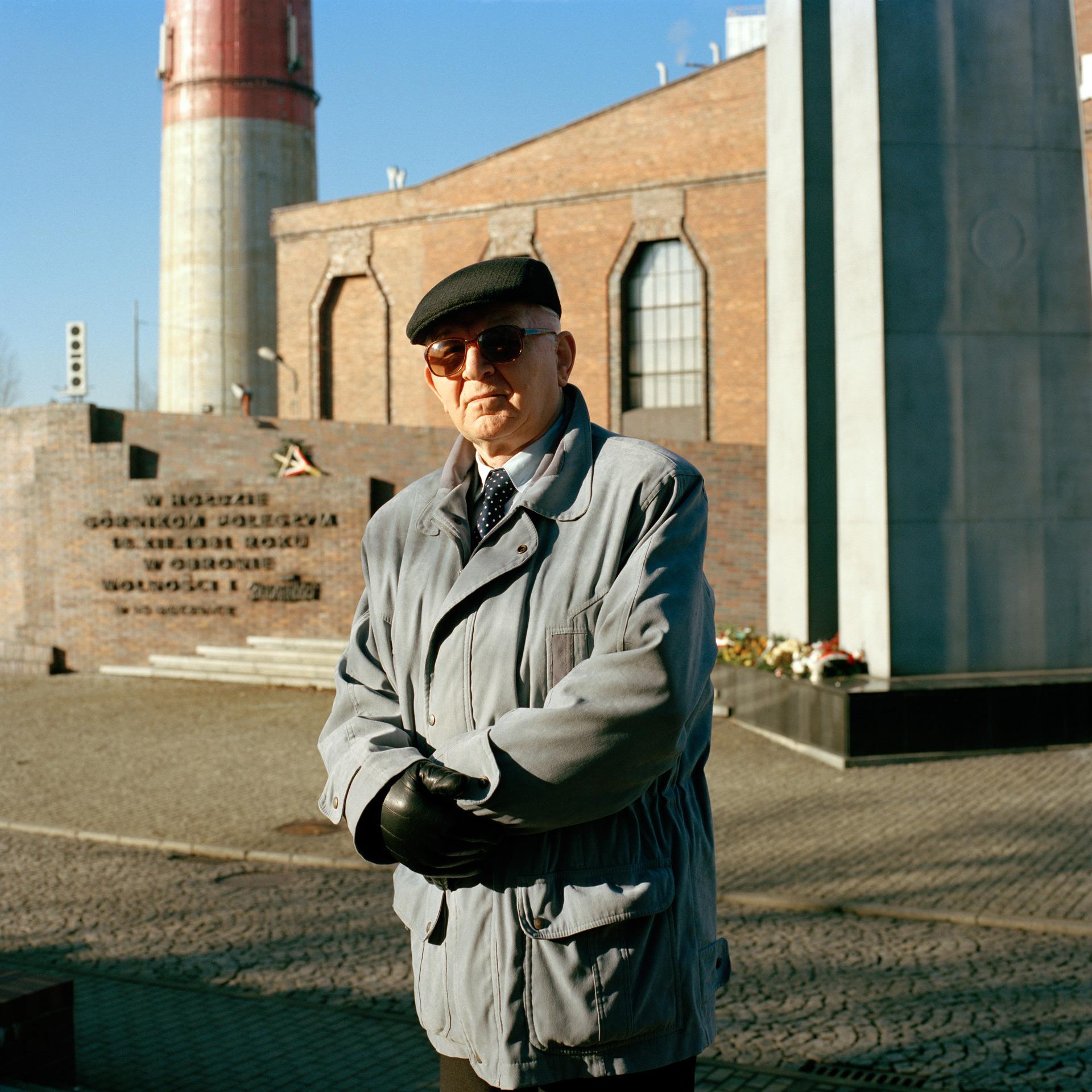 Jan Ludwiczak (né en 1936), devant le mémorial de la mine de Wujek. Katowice, Haute Silésie, Pologne. 2013