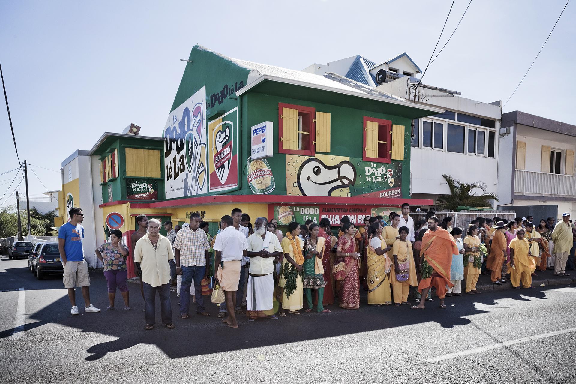Dans les rues de Saint-Pierre. Chaque année, en juillet et août, la communauté Tamoule de l'île de la Réunion célèbre la Déesse guerrière Karly ( Kali ) dans les temples et les rues de l'île.