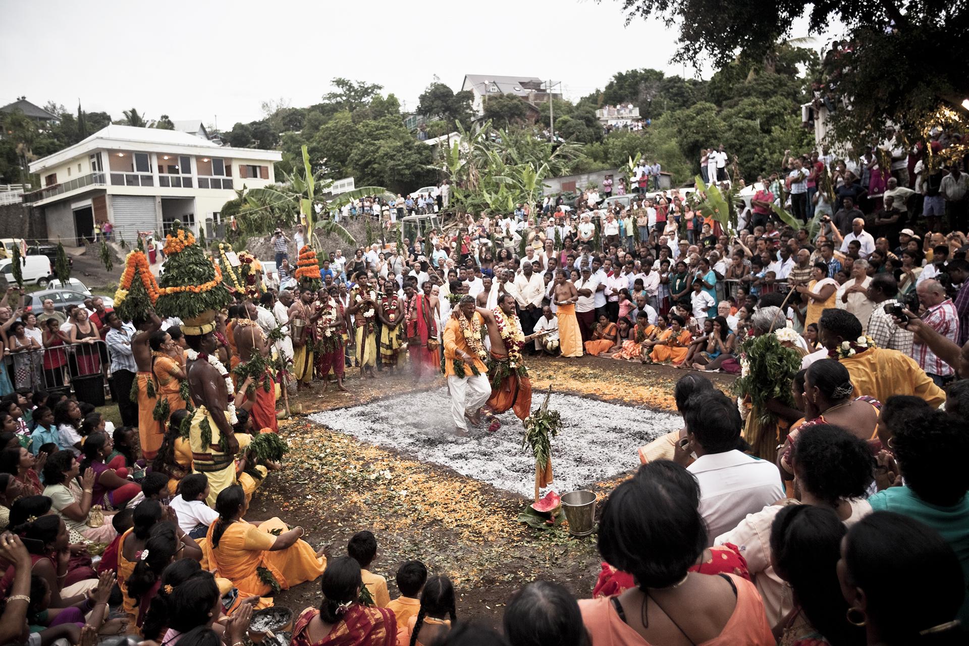 Temple du Piton Saint-Leu. Avant 1848, le culte des Hindous de l'île de la Réunion a longtemps été diabolisé et interdit. Après l'abolition de l'esclavage, la pratique des marches sur le feu s'est propagée à mesure de la multiplication des usines sucrières. Aujourd'hui cette cérémonie religieuse indoue, originaire de la région du Talil Nadu, se pratique le dimanche ou les jours fériés, le plus souvent entre novembre et début février, principalement aux alentours de Saint-André et de Saint-Pierre où résident d'importantes communautés Tamoules. La marche sur le feu représente pour tous une cérémonie chargée de significations. Elle retrace l'histoire de la déesse Pandiallee qui n'a pas hésité à braver les flammes pour prouver sa fidélité. Les marcheurs vont se purifier par le carême et l'abstinence pendant une période de dix-huit jours en principe. Ils s'imprègnent des éléments mythologiques liés à leur acte grâce à des récits et des représentations donnés tous les soirs au temple.