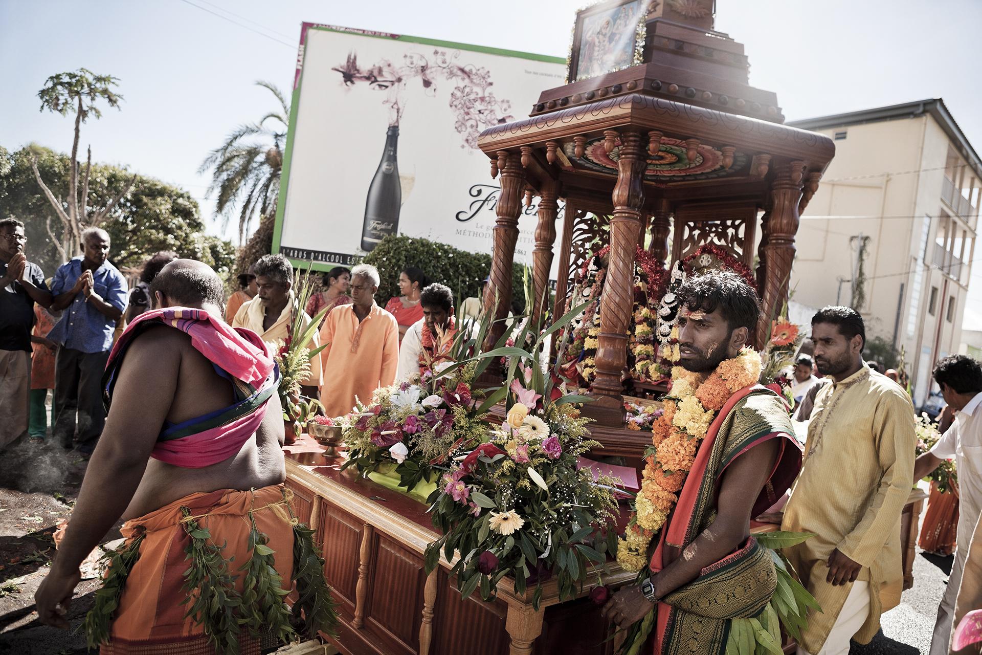 Dans les rues de Saint-Pierre. La cérémonie en l'honneur de Karly commence par des prières rythmées aux sons des tambours et des cloches, une célébration colorée et chargée en rituels comme le veut la liturgie Malbare. Après une longue marche à la mer pour laver la statuette, elle est ramenée au temple pour y être purifiée.