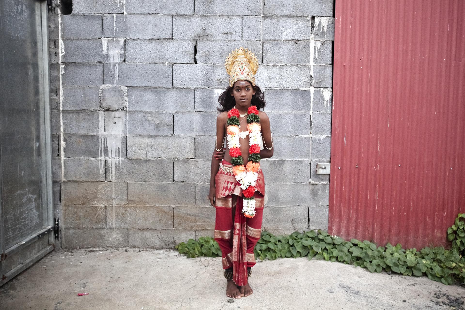 Temple de St-Louis. Enfant déguisé pour une cérémonie.