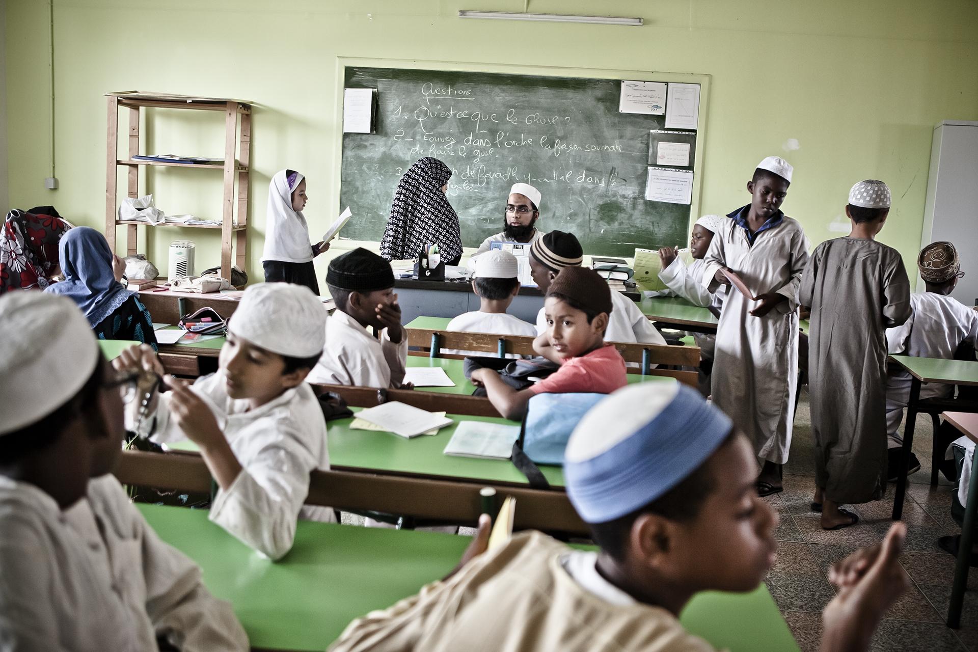 Médersa de Saint-Pierre, Ile de la Réunion. Novembre 2012.Les enfants qui viennent étudier à la médersa suivent des cours très tôt le matin et le soir en semaine, ainsi que les mercredi et samedi toute la journée. Ils fréquentent en outre les écoles, collèges et lycées publics. Les élèves de la médersa sont pour la majorité d'entres-eux âgés de 4 à 12 ans. La médersa propose aussi des cours à des élèves plus âgés et à des adultes qui viennent pour approfondir leurs connaissances religieuses.