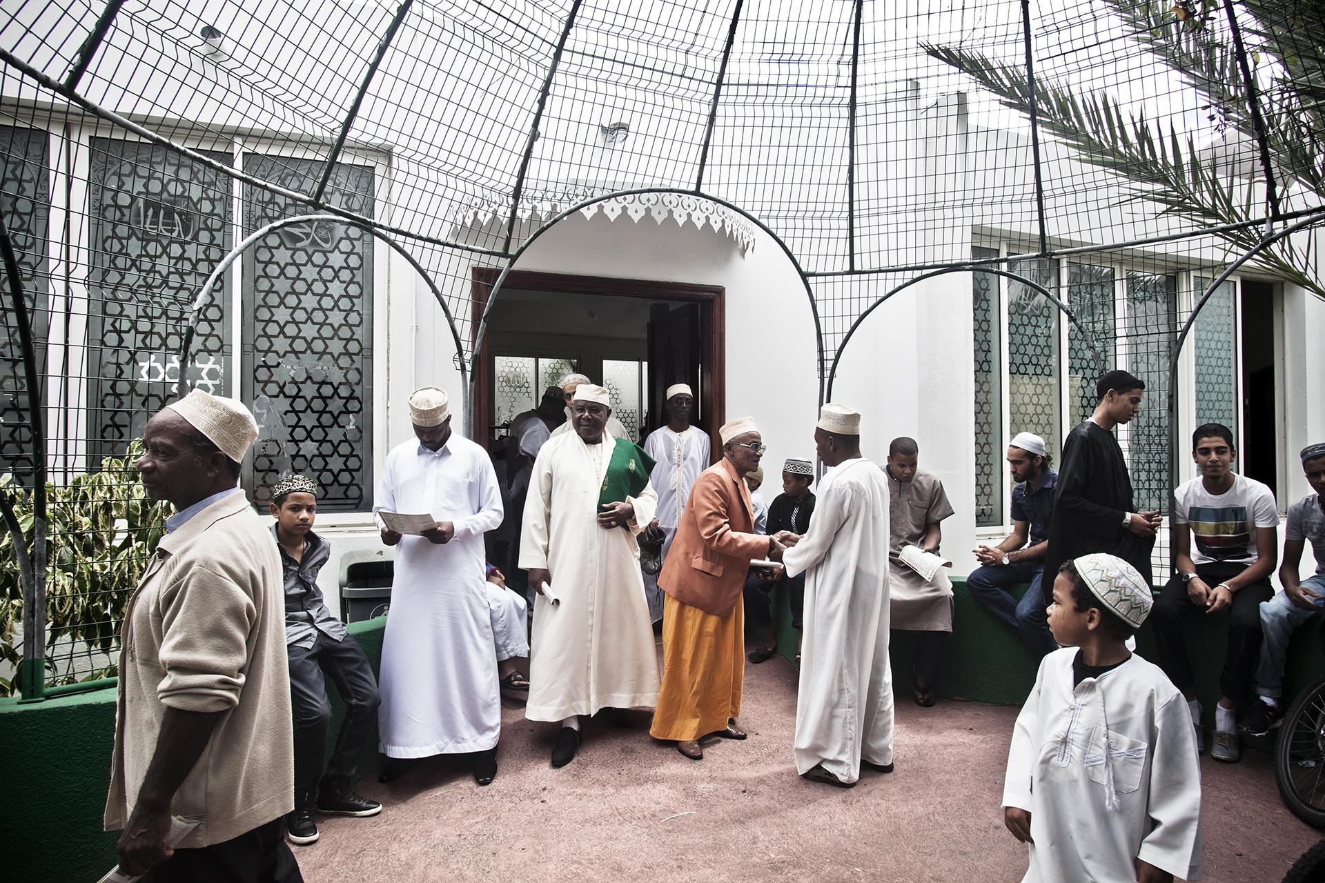 Mosquée de Saint-Pierre, Ile de la Réunion. Octobre 2012.Sortie de la mosquée de Saint-Pierre. Il y a 3 grandes communautés musulmanes sur l'île: les indo-musulmans, les maorais et les comoriens. S'y ajoutent depuis quelques années des musulmans originaires du Maghreb qui se sont implantés à la Réunion mais aussi nombreux convertis locaux.