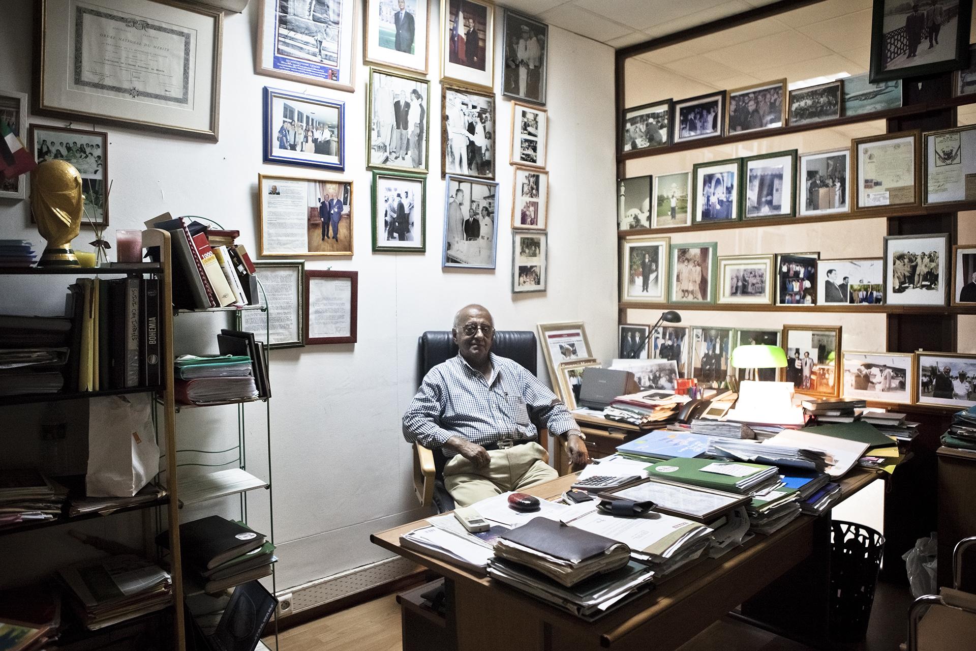 Saint-Pierre, Ile de la Réunion. Novembre 2012.Bureau de M. Ousmane Omarjee, situé au-dessus de son magasin, dans la rue principale de Saint-Pierre. Il est une figure respectée de la communauté musulmane sunnite de l'île. Son grand-père, arrivé à la Réunion en 1875, était chargé par une société indienne de développer les commerces de tissus, de grains et d'autres produits hallal entre l'Inde et la Réunion. La famille Oumarjee est connue pour son activité commerciale mais aussi politique, ayant eu de nombreux échanges avec la sphère politique française et internationale. Trois semaines après mon passage, le magasin ainsi que le bureau de M. Oumarje ont brûlé, entraînant la disparition d'un pan de l'histoire de la communauté indo-musulmane.
