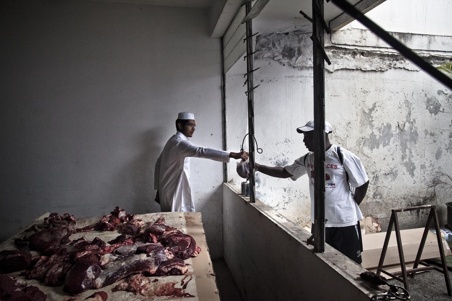 Saint-Pierre, Ile de la Réunion. Octobre 2012.Après la cérémonie, la viande du boeuf sacrifié est distribuée à la famille et aux personnes nécessiteuses.