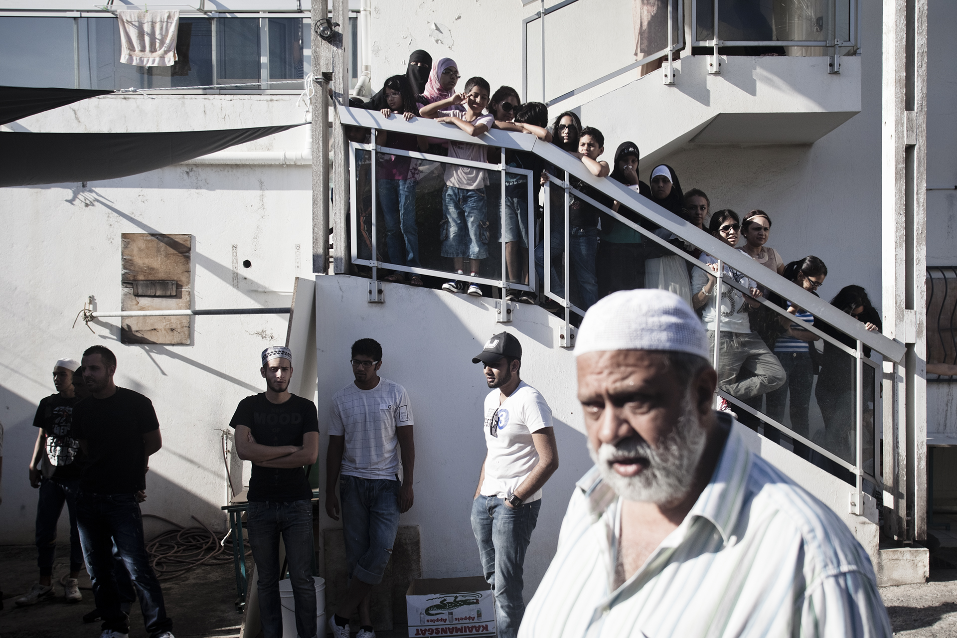 Saint-Pierre, Ile de la Réunion. Octobre 2012.Rassemblement pour la cérémonie du sacrifice du boeuf (Kourbani) dans une cour familiale.