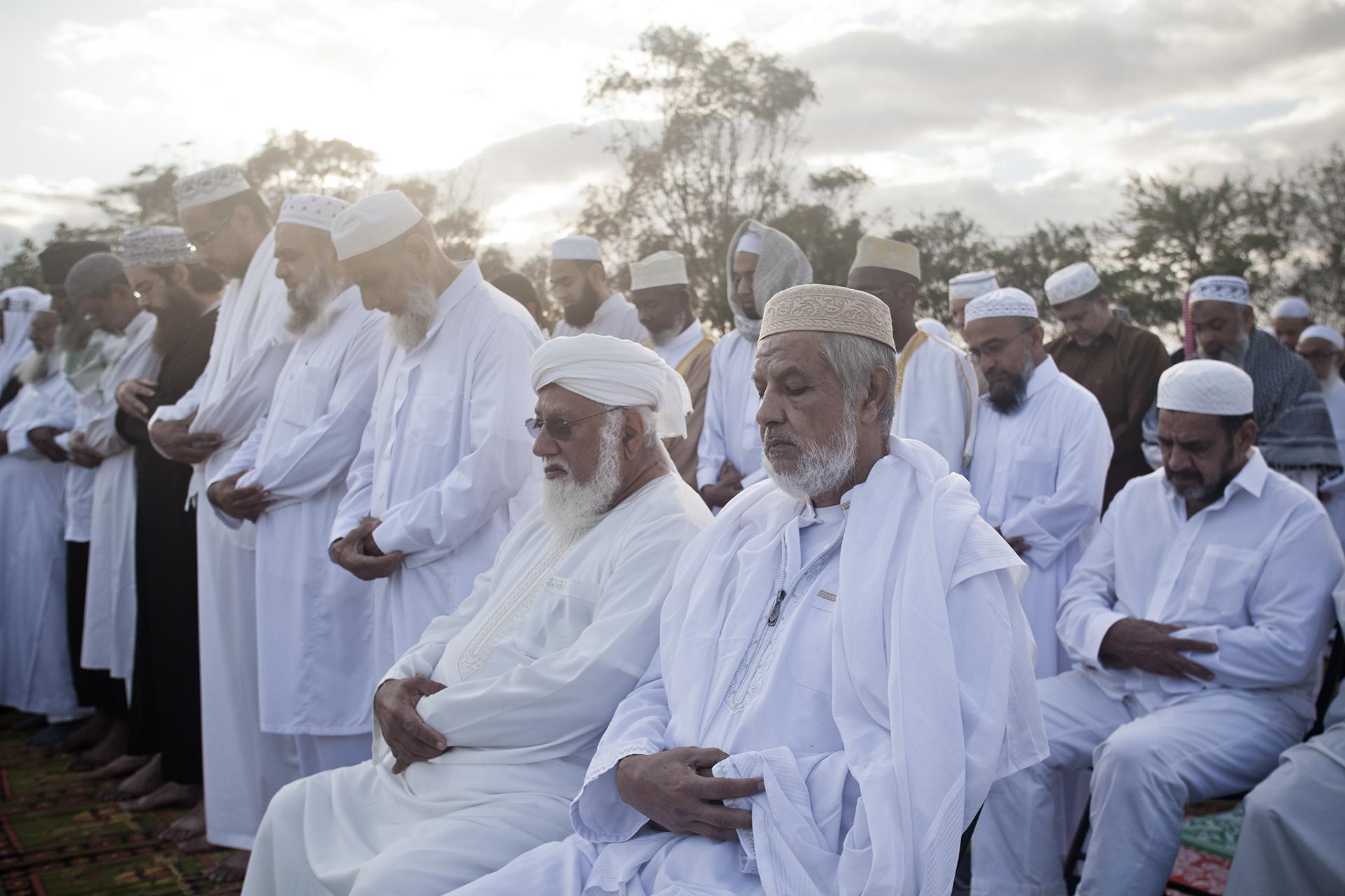 Saint-Pierre, Ile de la Réunion. Octobre 2012.Grande prière du matin, le jour de l'Aïd El Kebir (Kourbani). La majorité des hommes musulmans de la commune de Saint-Pierre sont venus prier sur un terrain loué pour l'évènement par la communauté.