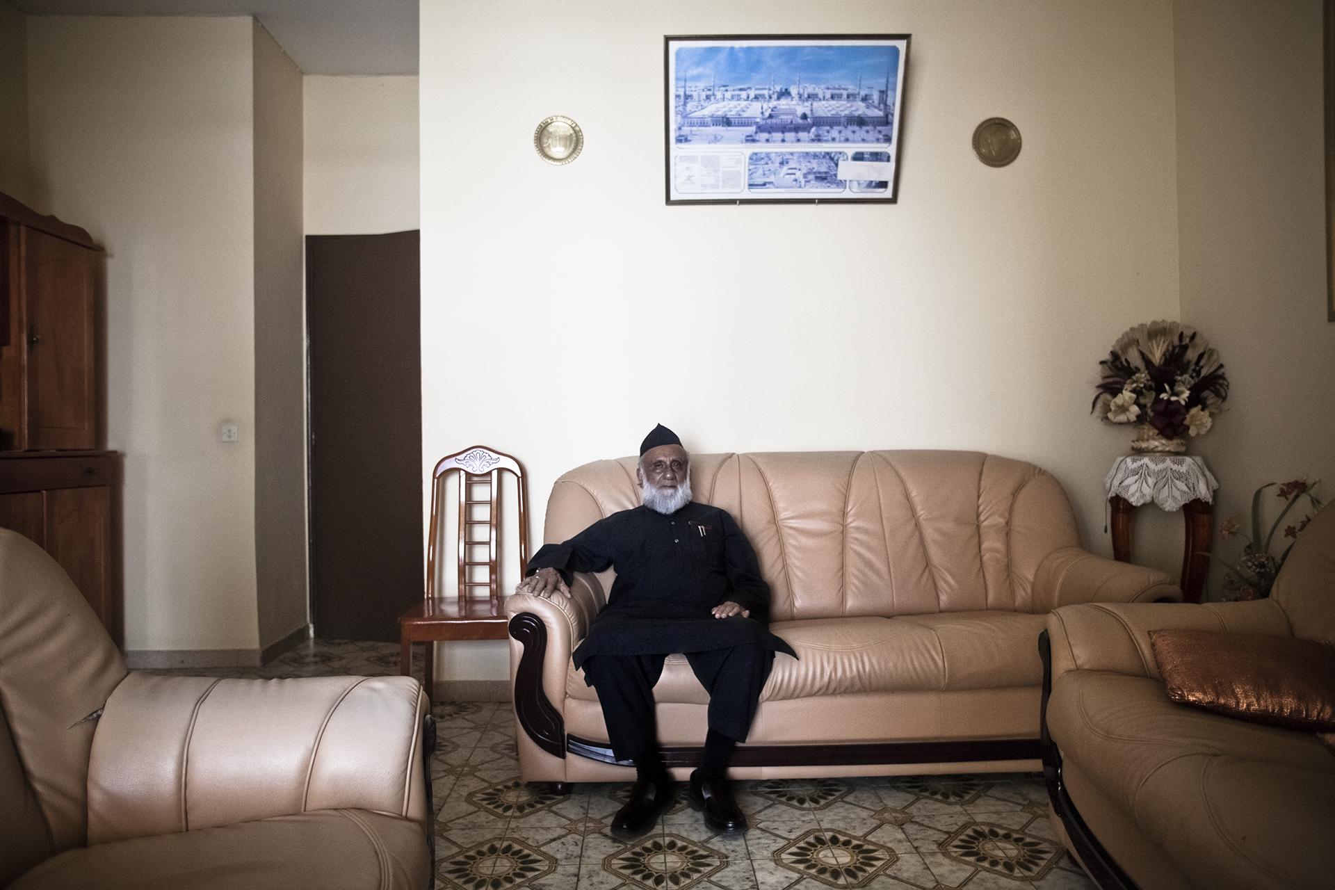 Tampon, Ile de la Réunion. Novembre 2012.Portrait de M. Gangat à son domicile. M. Gangat est né en Inde dans la province du Gujarat et est arrivé à la Réunion avec sa famille à l'âge de 2 ans en 1939. La famille de M. Gangate a toujours travaillé dans le domaine du commerce et c'est une des grandes familles indo-musulmane du sud de l'île.