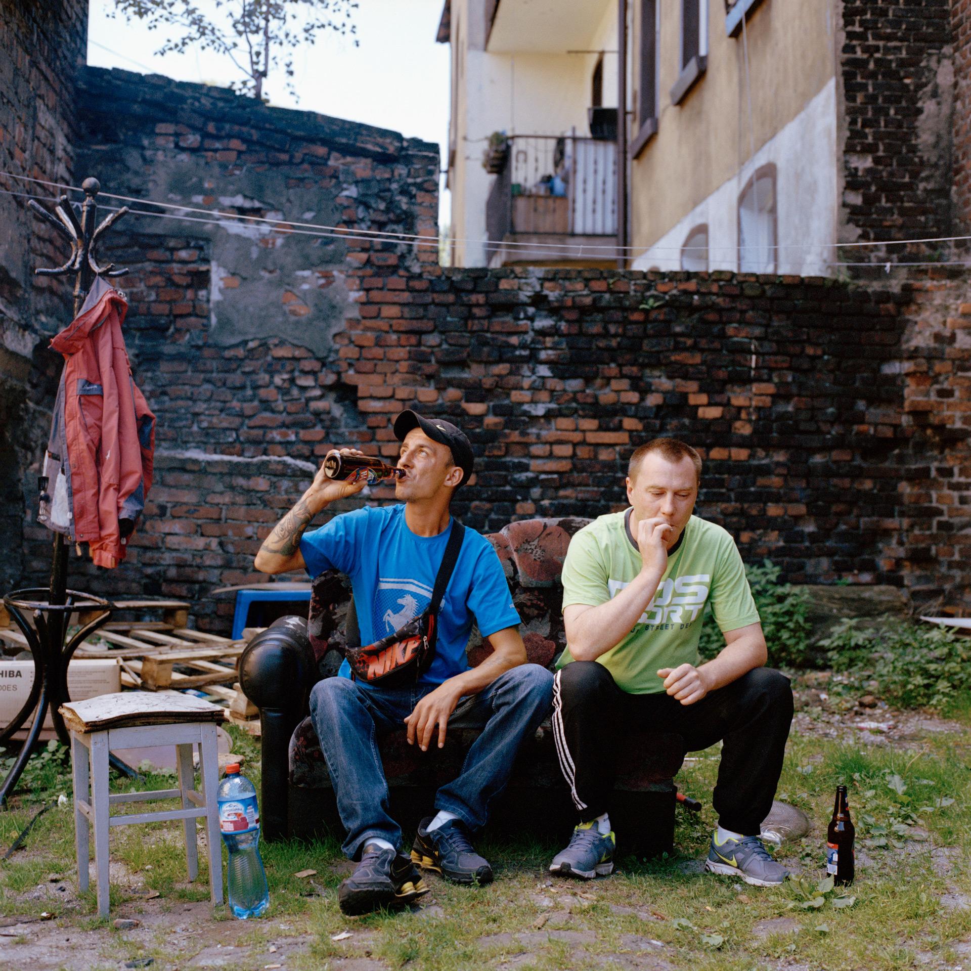 Lukas et Radek, cour intérieure d'un Familoks, logements collectifs. Wujek, Katowice. 2013