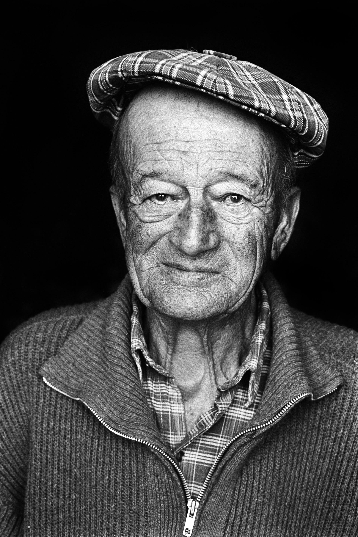 Robert Roman, dit Titi Roman à l'âge de 84 ans. Dès sa sortie de l'école à 13 ans il a travaillé à la ferme familiale (bergerie et lavandes). « J'aimais beaucoup travailler avec les bêtes, je pouvais leur parler, et le temps passait plus vite. » C'était l'une des dernières personnes à parler le patois local, dérivé de l'occitan.