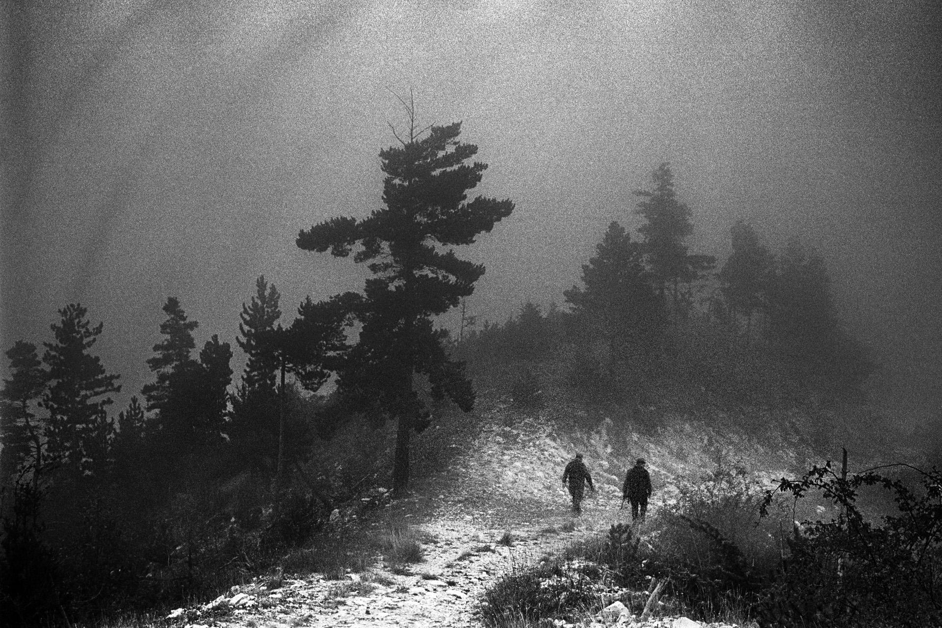 L'une des équipes de chasse à la battue (au sanglier) de Valdrôme. Paradoxalement, la plupart de ces chasseurs vient le l'Isère et n'est pas originaire de Valdrôme. Ils sont là chaque week-end. La chasse reste une tradition, même si une majorité des néo-ruraux ne la pratique pas.