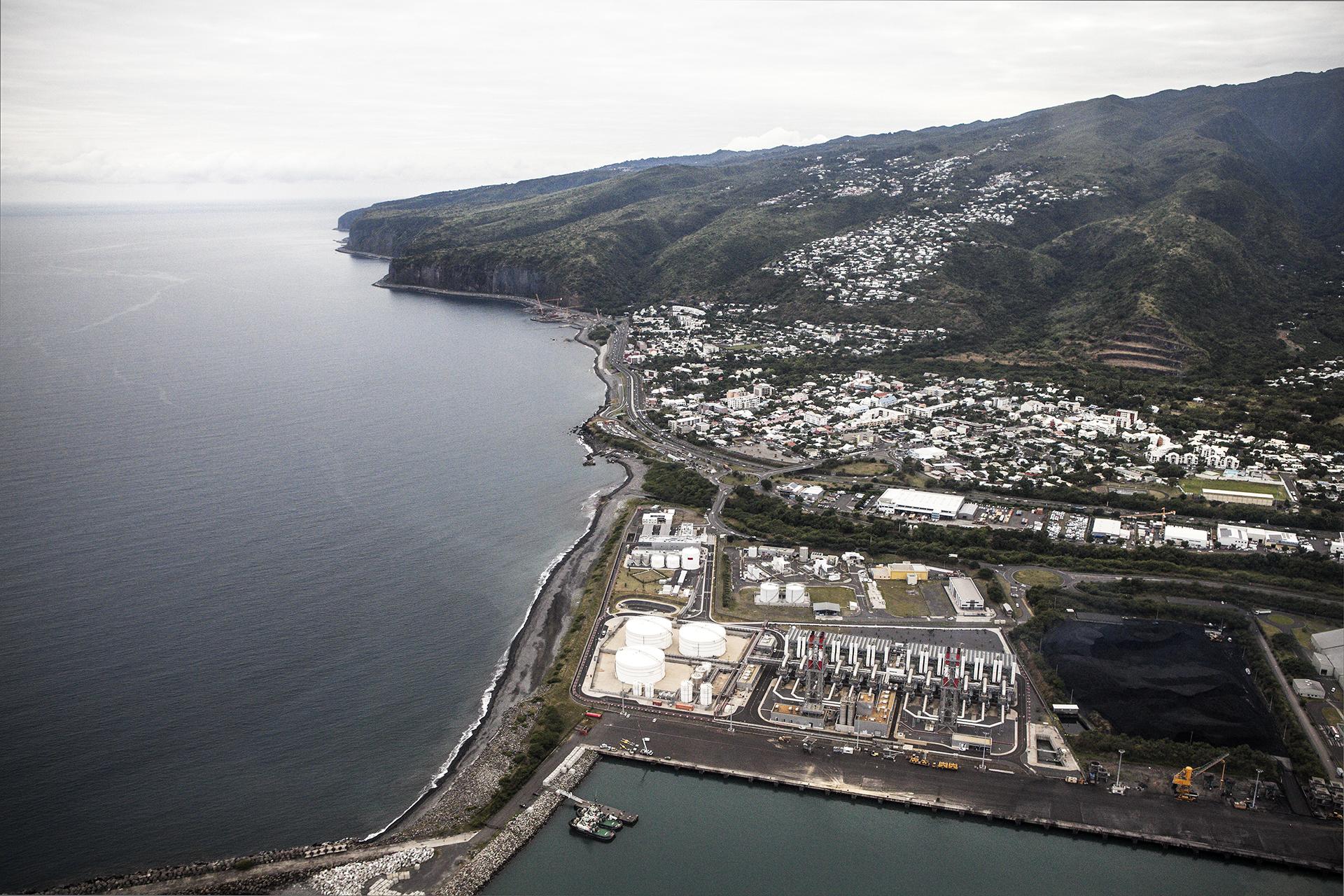 Vue aérienne de la nouvelle centrale thermique d'EDF (500 millions d'euros) de la ille du Port, en soutien aux énergies intermittentes (solaire et éolien). Juillet 2015, Le Port, Ile de la Réunion.
