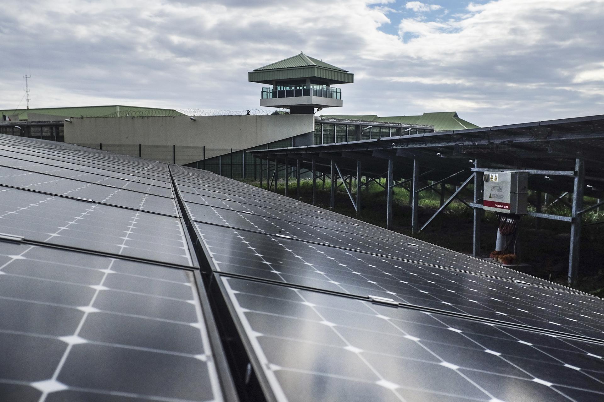 Bardzour, la nouvelle centrale solaire d'Akuo Energy, a été construite à côté du centre de détention du Port (500 prisonniers hommes). Elle associe production d'électricité avec batteries de stockage (consommation de 12 000 foyers, 8 000 tonnes de CO2 évités par an), production agricole sous serre et réinsertion des détenus. Juin 2015, Le Port, Ile de la Réunion.