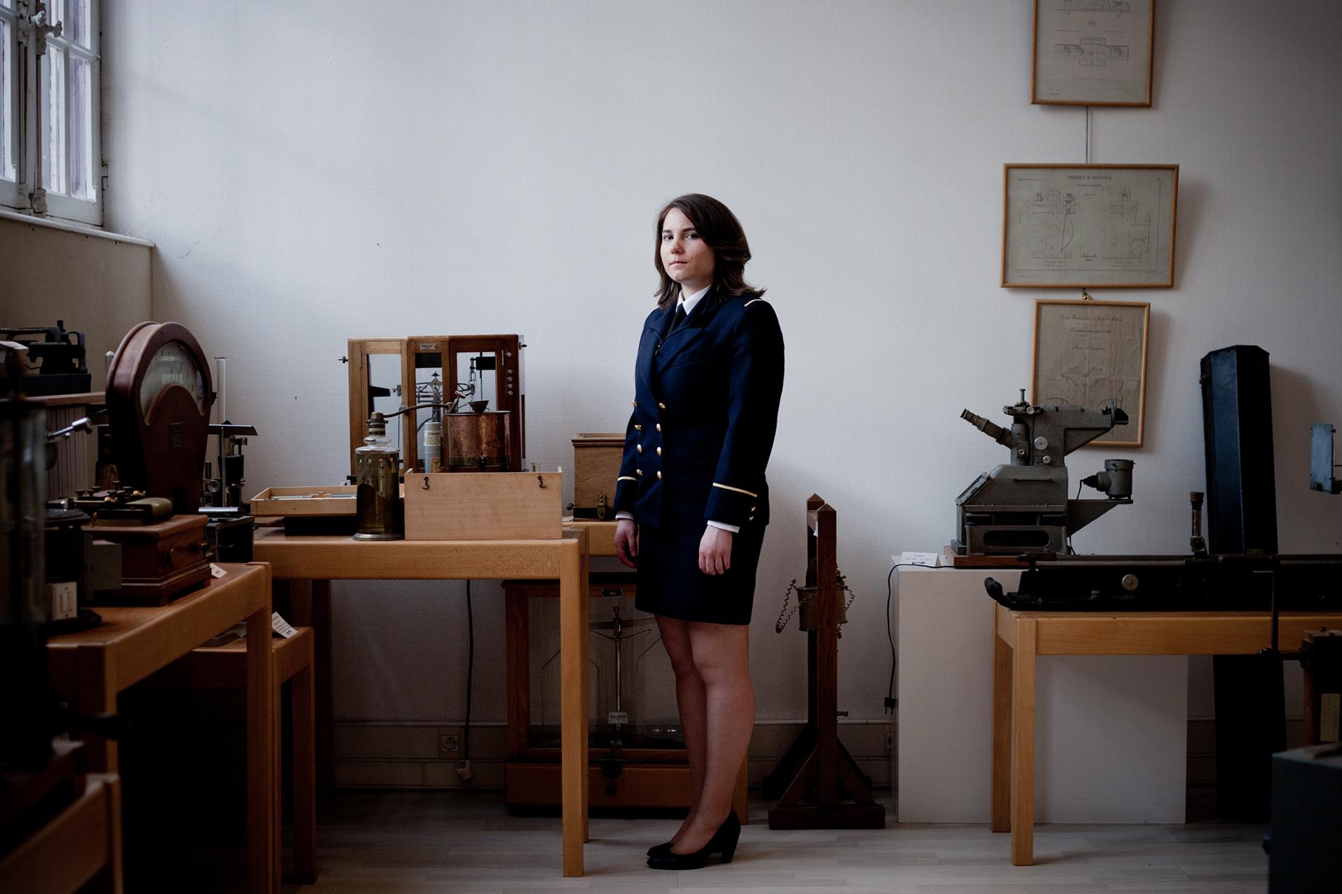La présidente de l'association des élèves dans le musée de l'école.Centre d'enseignement de Cluny, Octobre 2012.