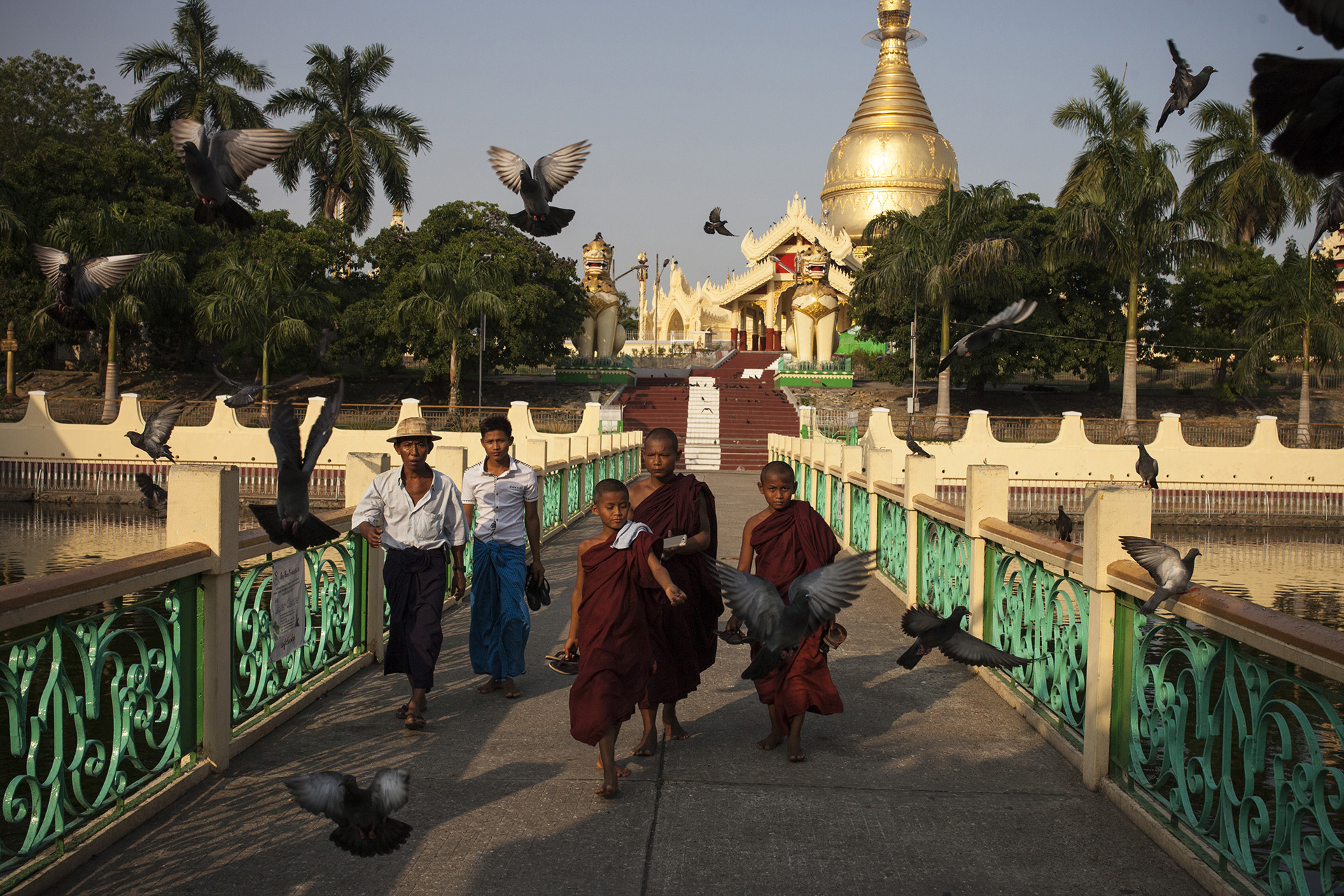 Des moinillons à proximité de la pagode Shwe Dagon à Rangoun. Birmanie, Mai 2015.