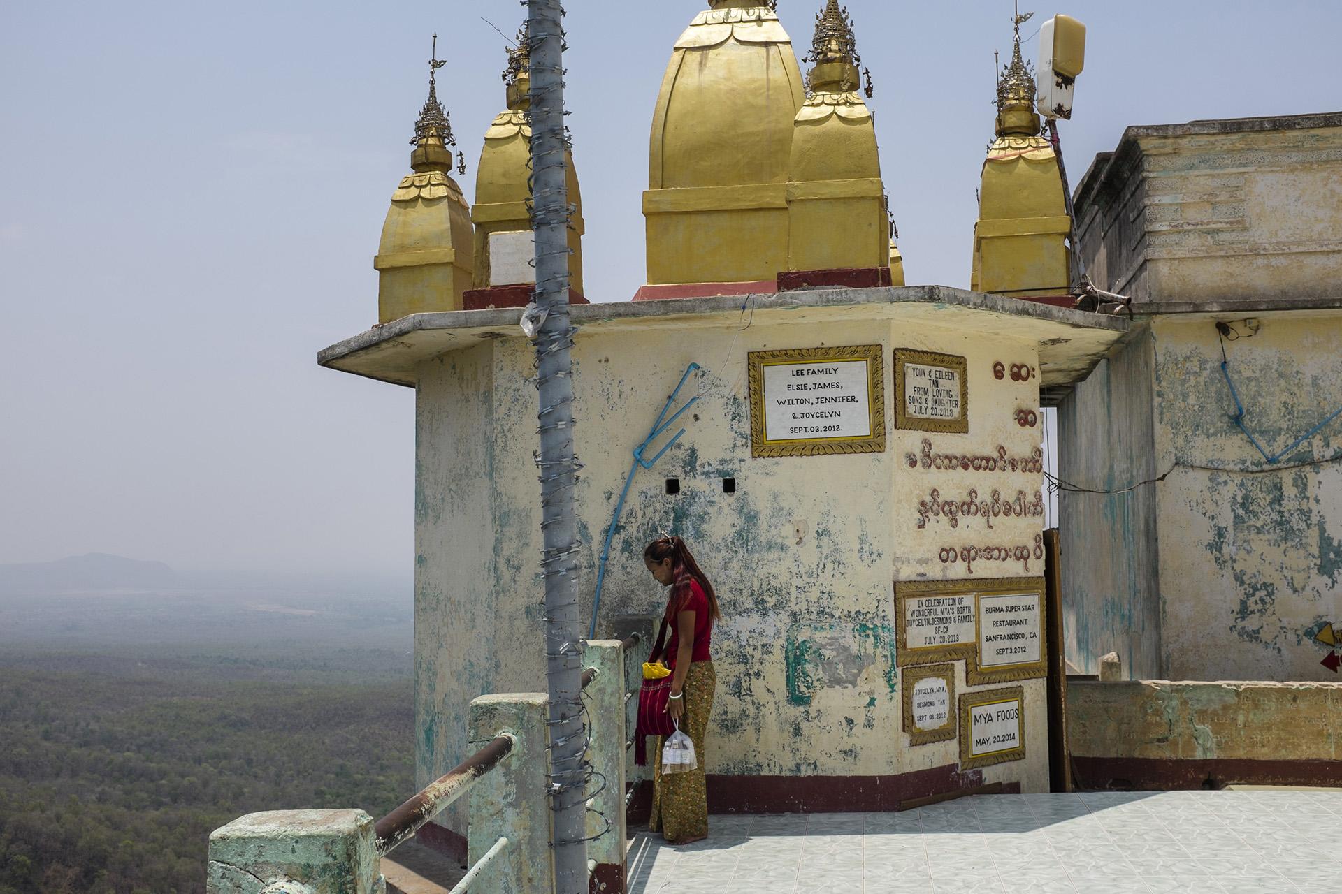 Le mont Popa dans les environs de Bagan est la demeure de 37 Nats. Les nats sont des esprits et sont très vénérés par les Birmans qui font le pélerinage sur le site pour amener des offrandes. Souvent pour assurer le succès de leur Business. Birmanie, Mai 2015.