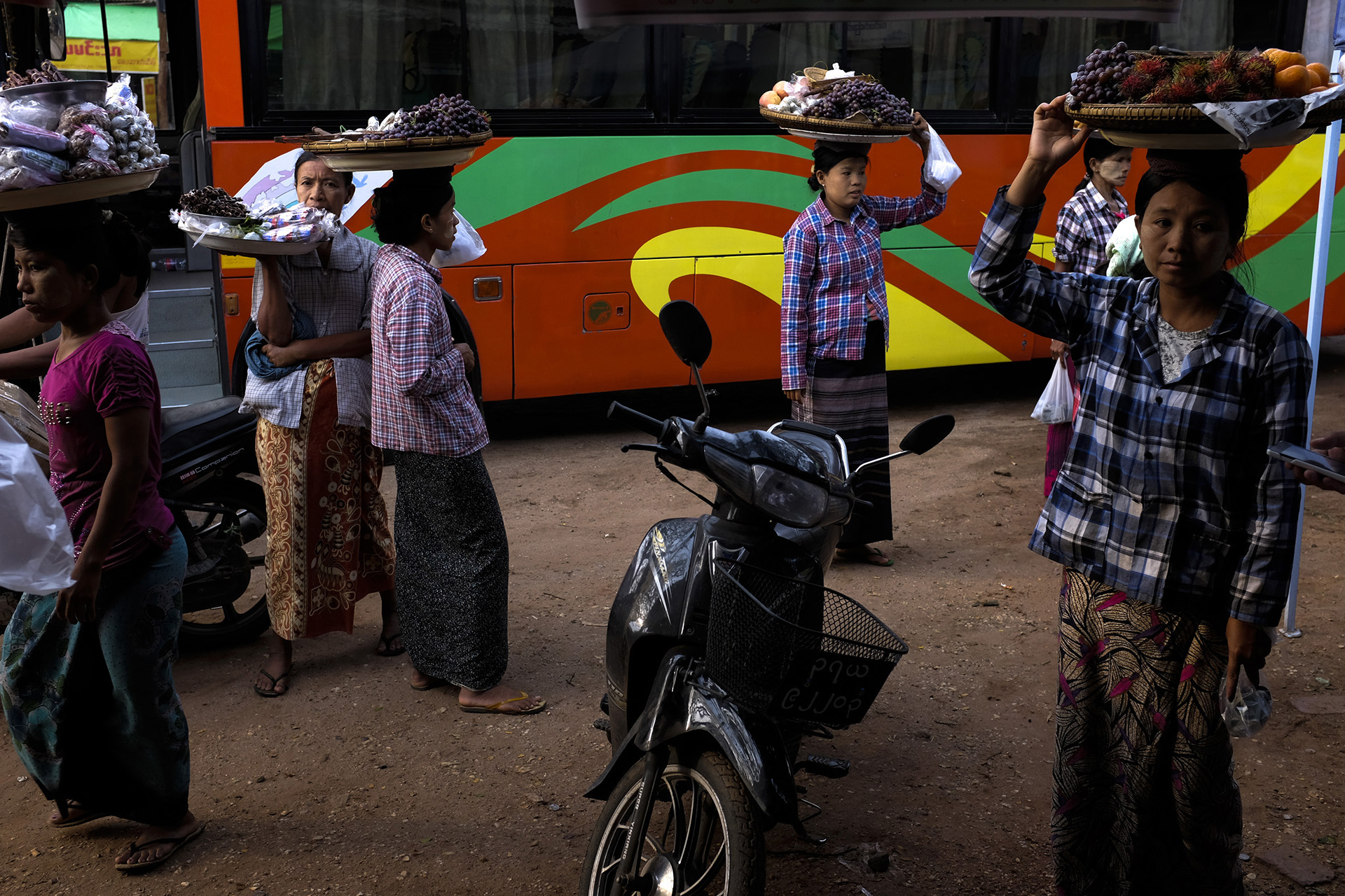 Arrêt dans un restaurant local sur la route entre Bagan et Naypyidaw. Birmanie, Mai 2015.