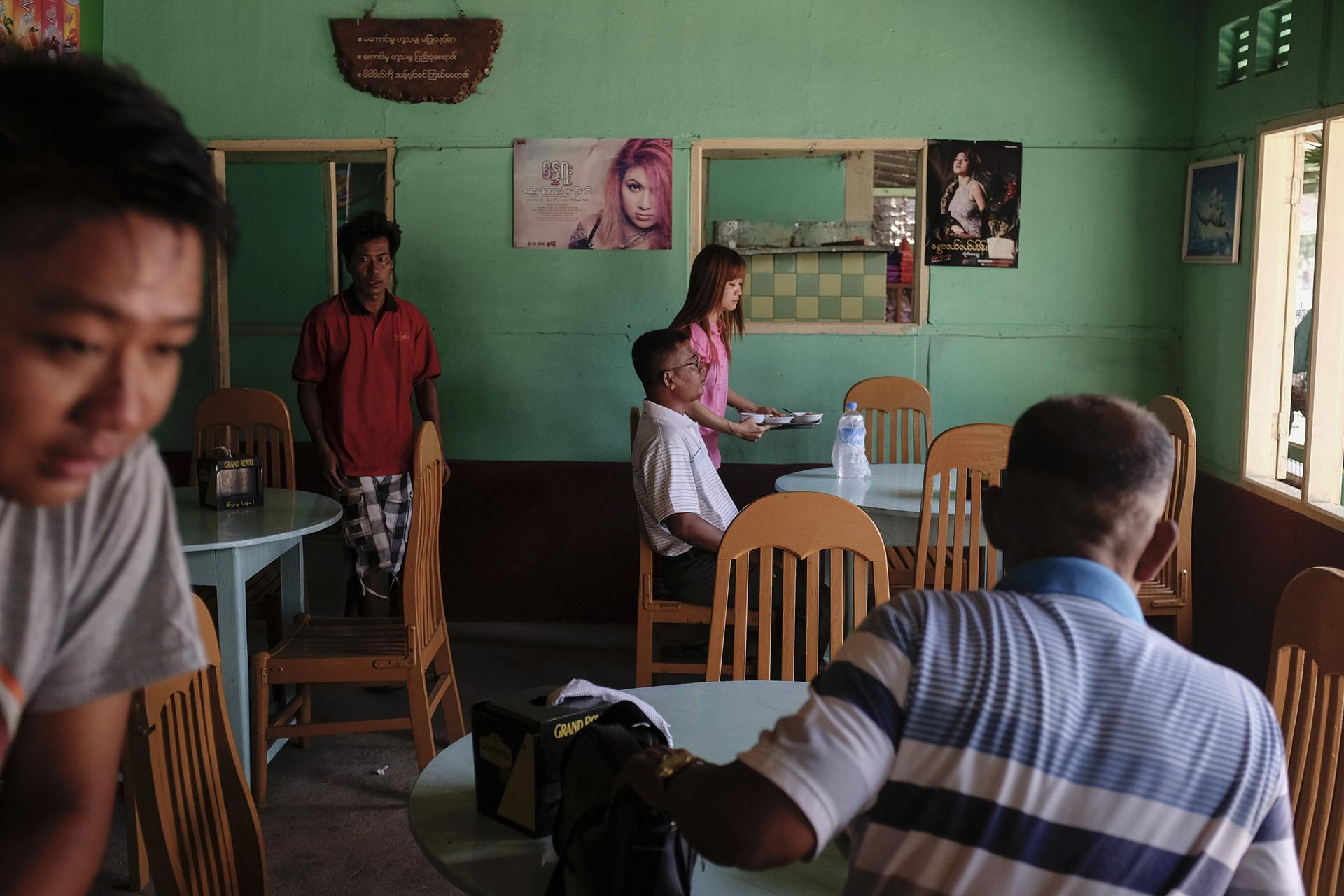 Des clients dans un restaurant Birman. Birmanie, Mai 2015.