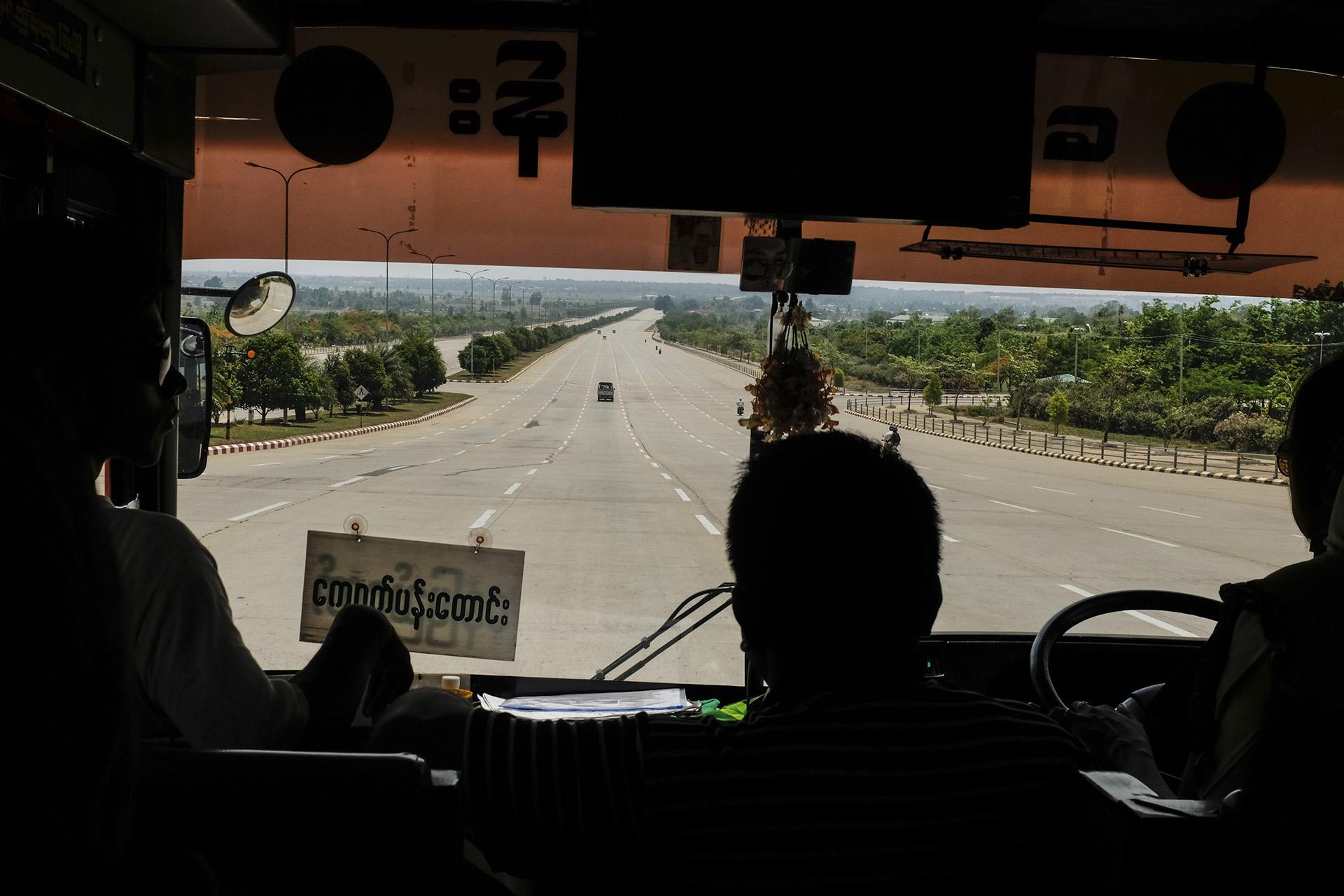 L'arrivée dans la capitale donne le ton; les avenues ont la taille d'autoroutes. Naypyidaw, Birmanie. Mai 2015.