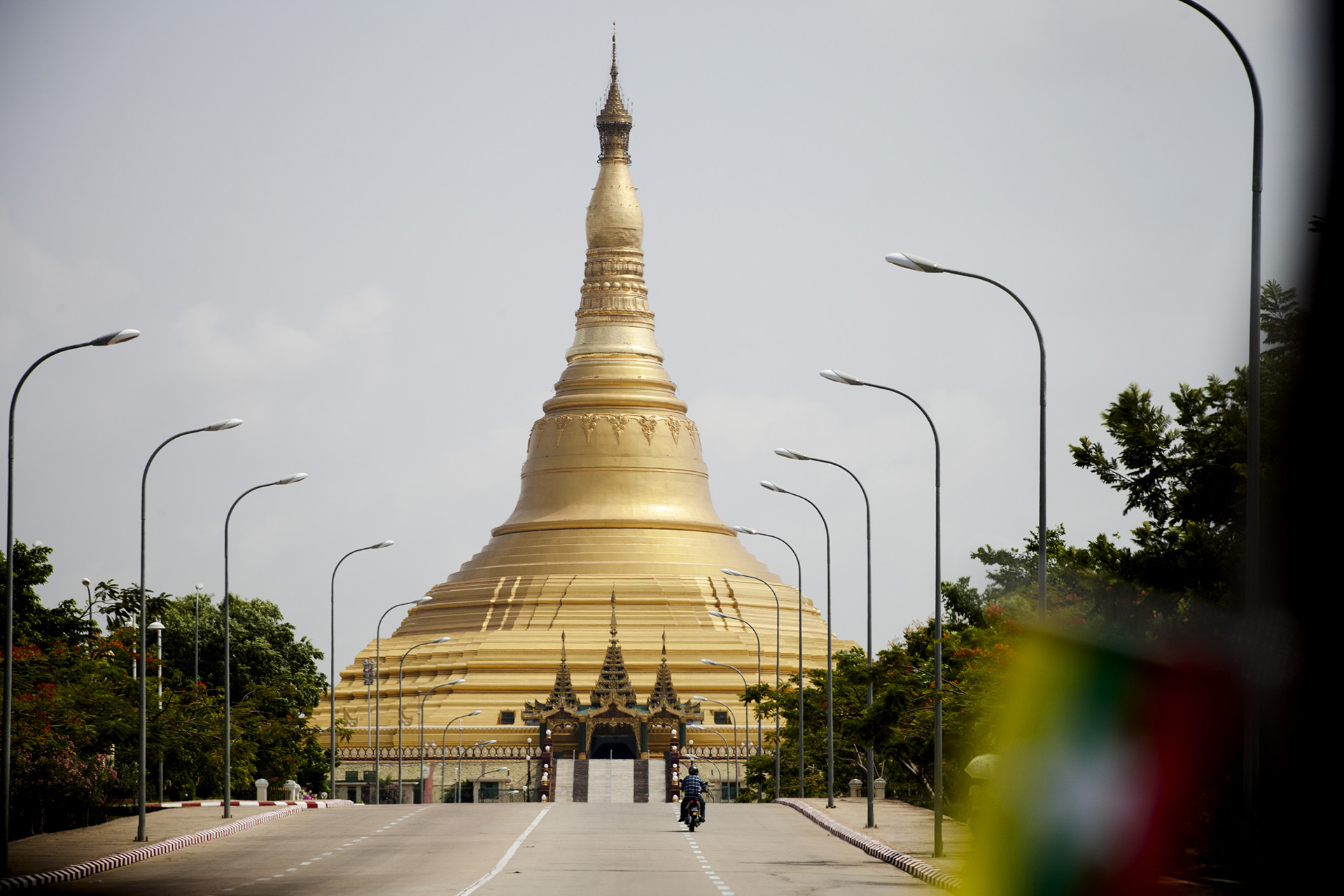 La pagode Uppatasanti a été terminée en 2009. Elle est la réplique exacte de la pagode Shwe Dagon de Rangoun à la différence qu'elle fait 30 cm de moins et qu'elle a été construite à la va-vite. Naypyidaw, Birmanie. Mai 2015.