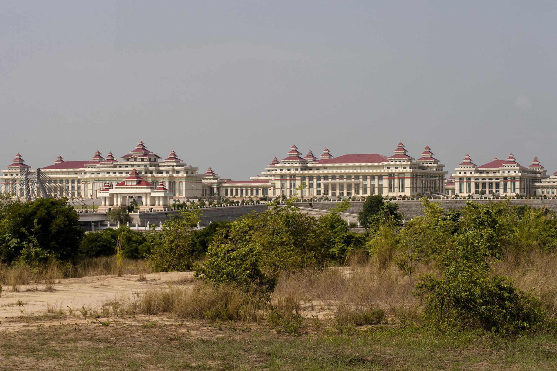 Vue sur l'ensemble de trente et un édifices entourés de douves et de ponts qui abrite le Parlement Birman. Naypyidaw, Birmanie. Mai 2015.