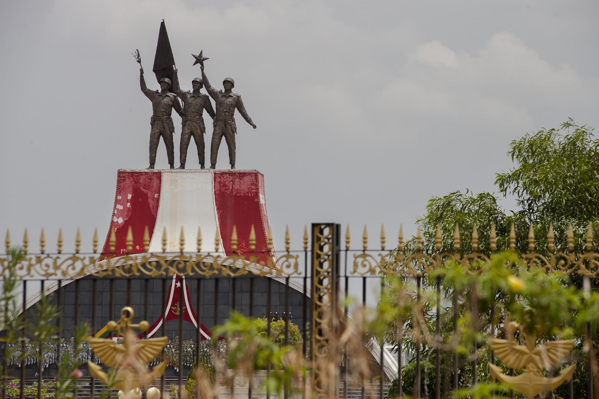 Statues à l'entrée du musée des forces de défenses. Anciennement à Rangoun, le musée à été déplacé dans la nouvelle capitale. Zeyathiri Township, Naypyidaw, Birmanie. Mai 2015.
