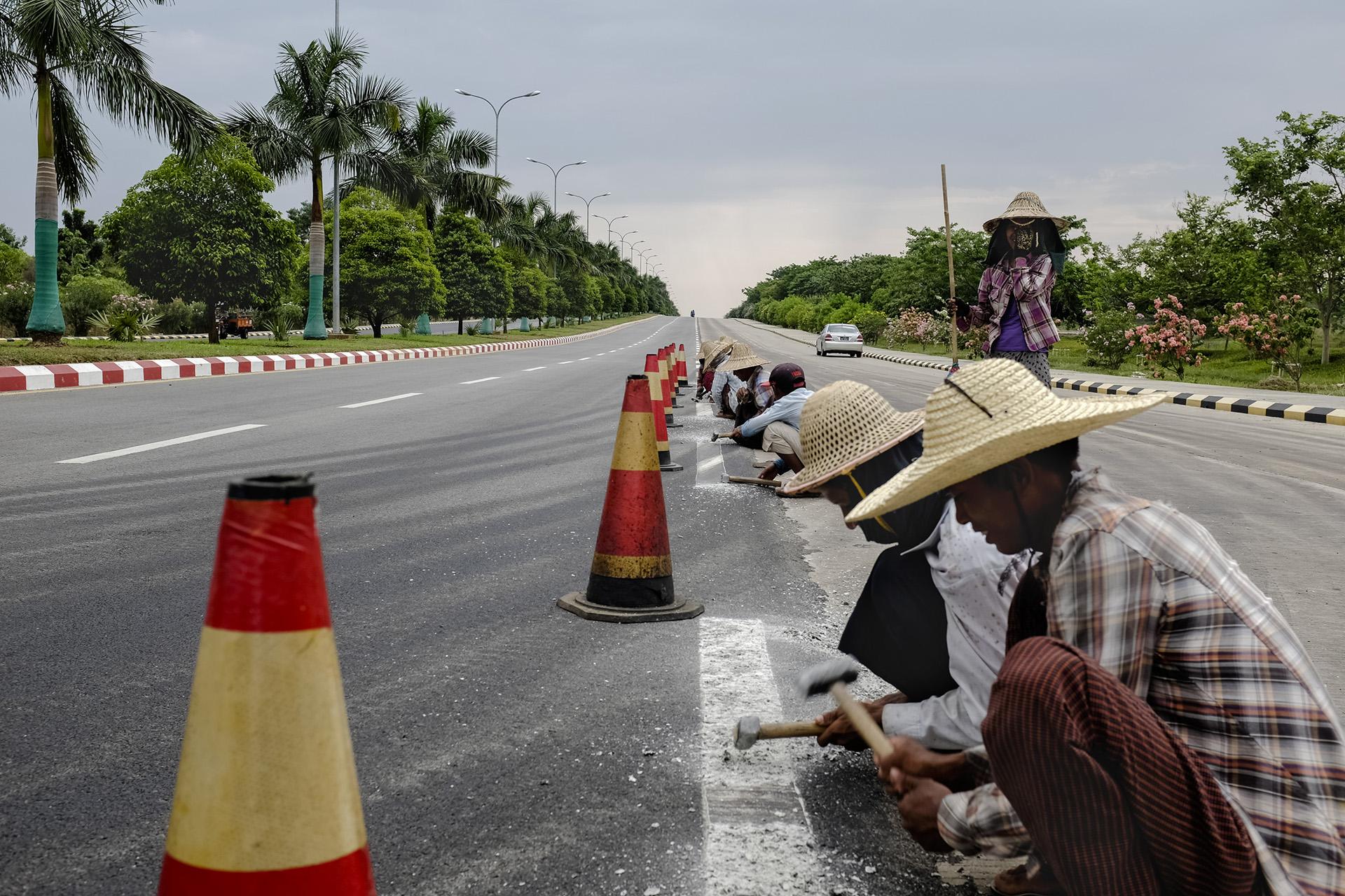 Les routes, impeccables, sont entretenues par des travailleurs migrants qui gagnent en moyenne 2 dollars par jour. Naypyidaw, Birmanie. Mai 2015.