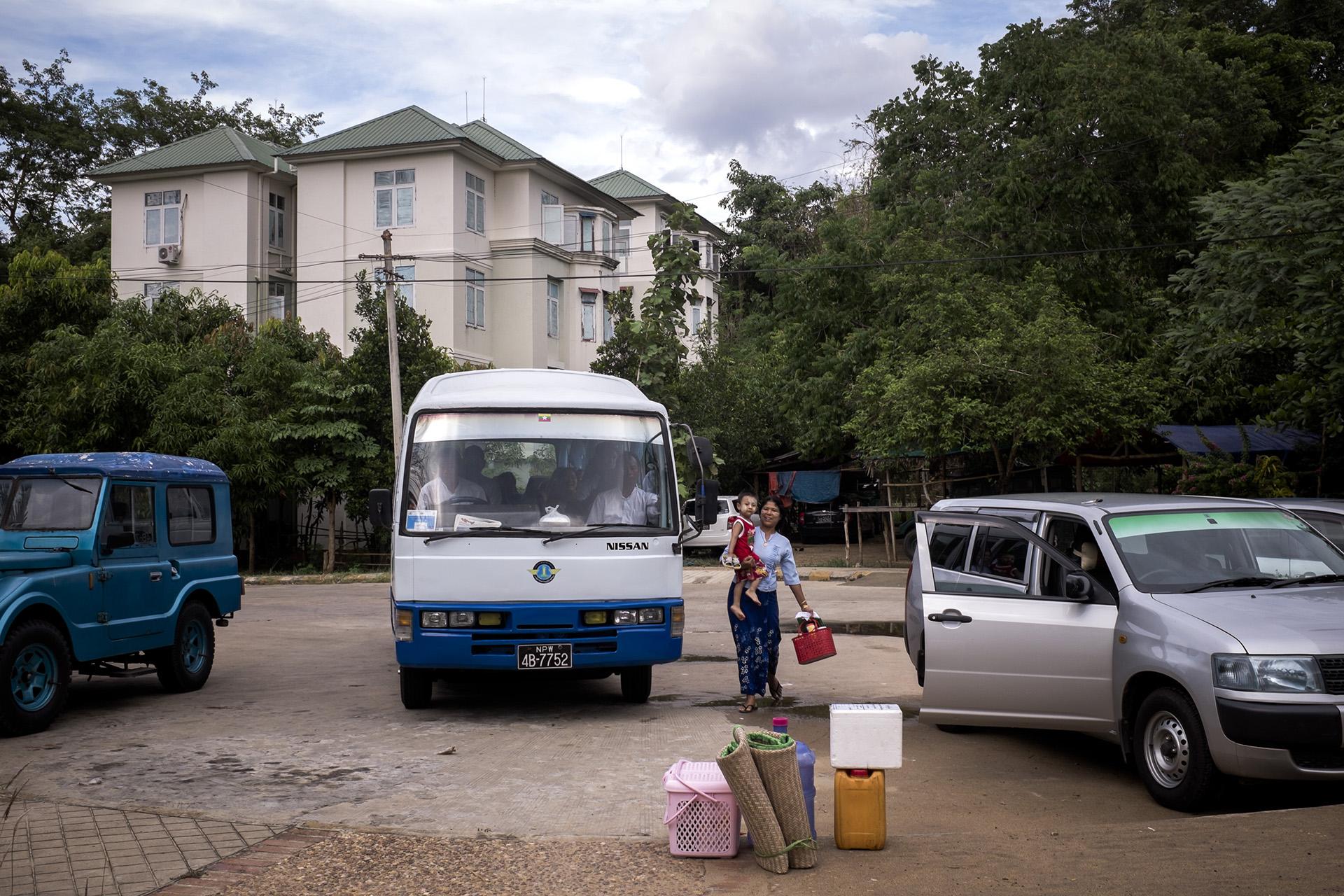 Un mini bus ramène des travailleurs de l'hopital dans les ensembles de logement qui leur sont attribués. Naypyidaw, Birmanie. Mai 2015.