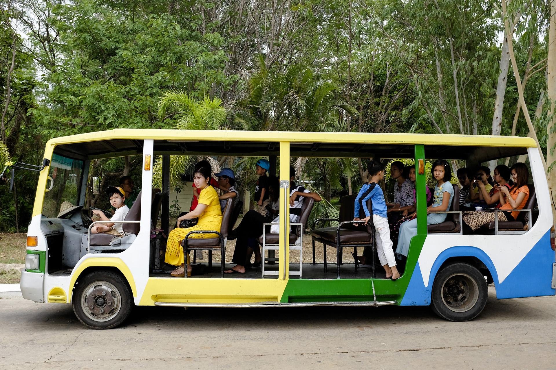 Des touristes visitent le zoo de la ville, une des seules attractions locales. Naypyidaw, Birmanie. Mai 2015.