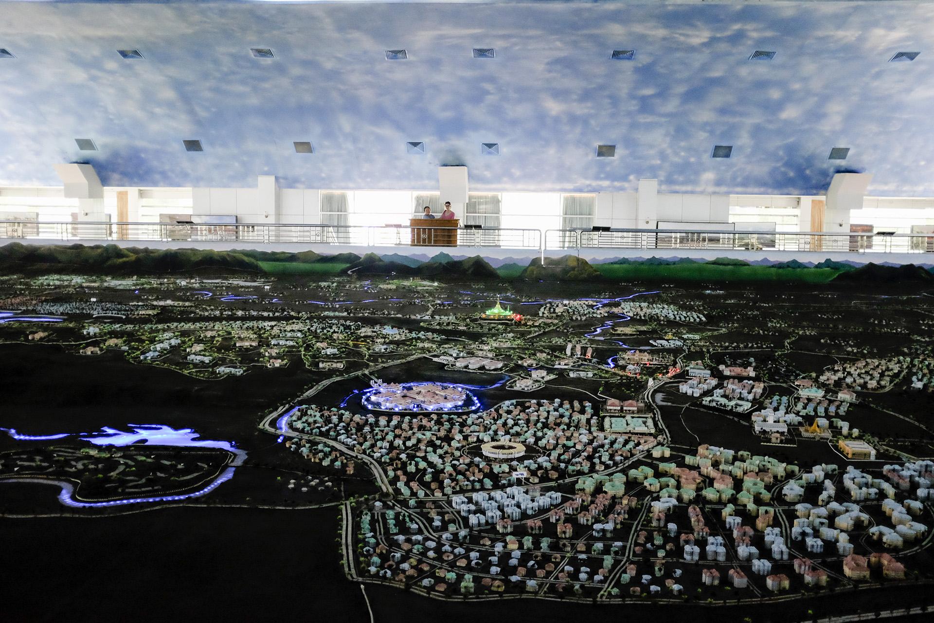 Une gigantesque maquette de la ville est présentée dans le pavillon qui représente Naypyidaw dans le parc.  Naypyidaw, Birmanie. Mai 2015.