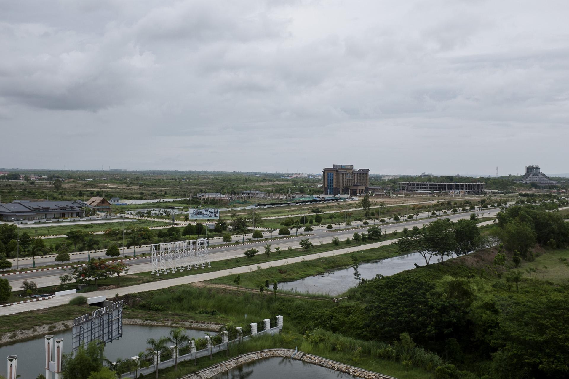 Vue depuis un des hotels de la zone 2. À Napyidaw, la ville est divisée entre zones qui cloisonnent, les travailleurs migrants, les fonctionnaires et les touristes ou business men. Naypyidaw, Birmanie. Mai 2015.